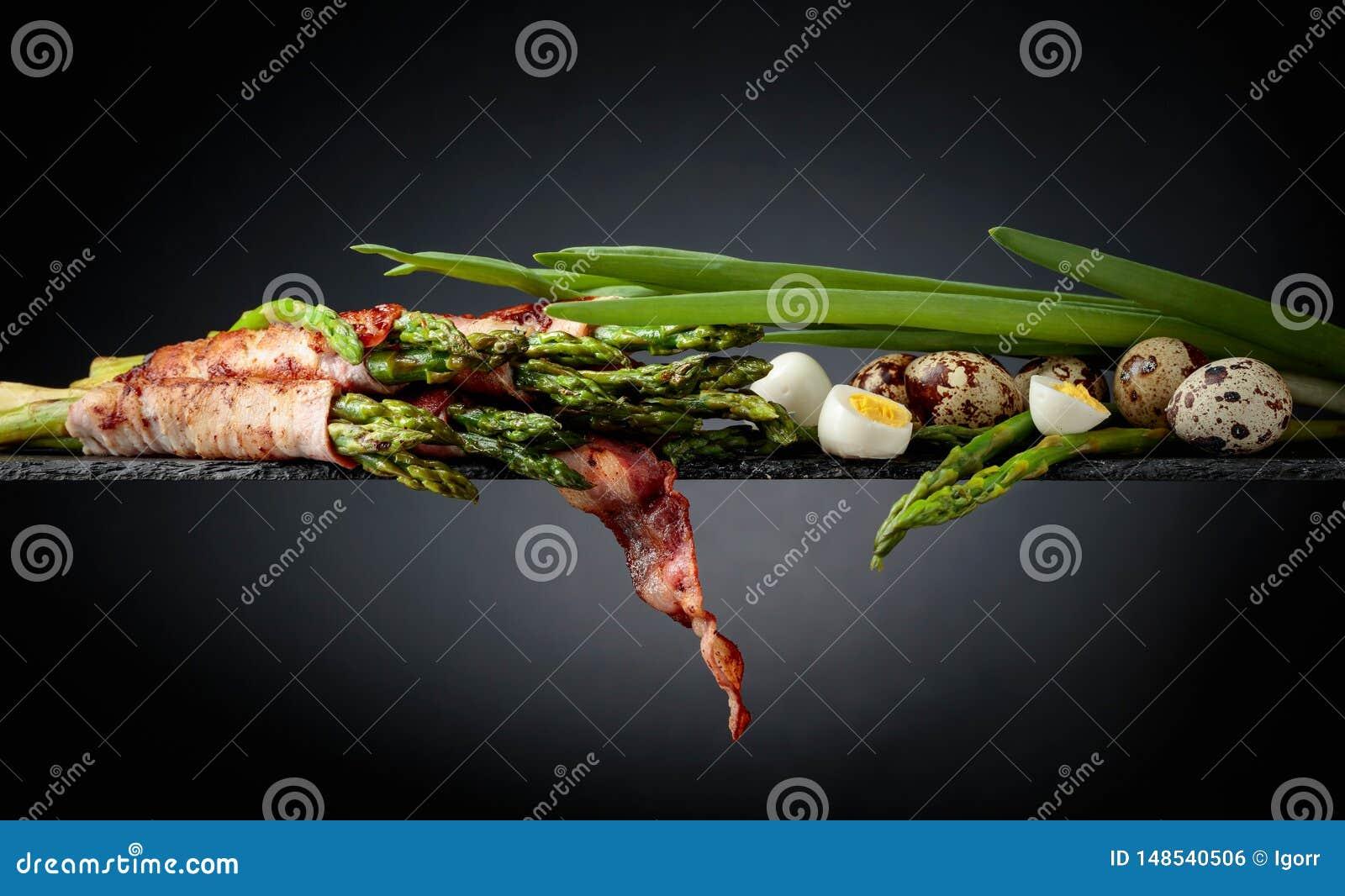 Zielony asparagus zawijaj?cy w bekonie