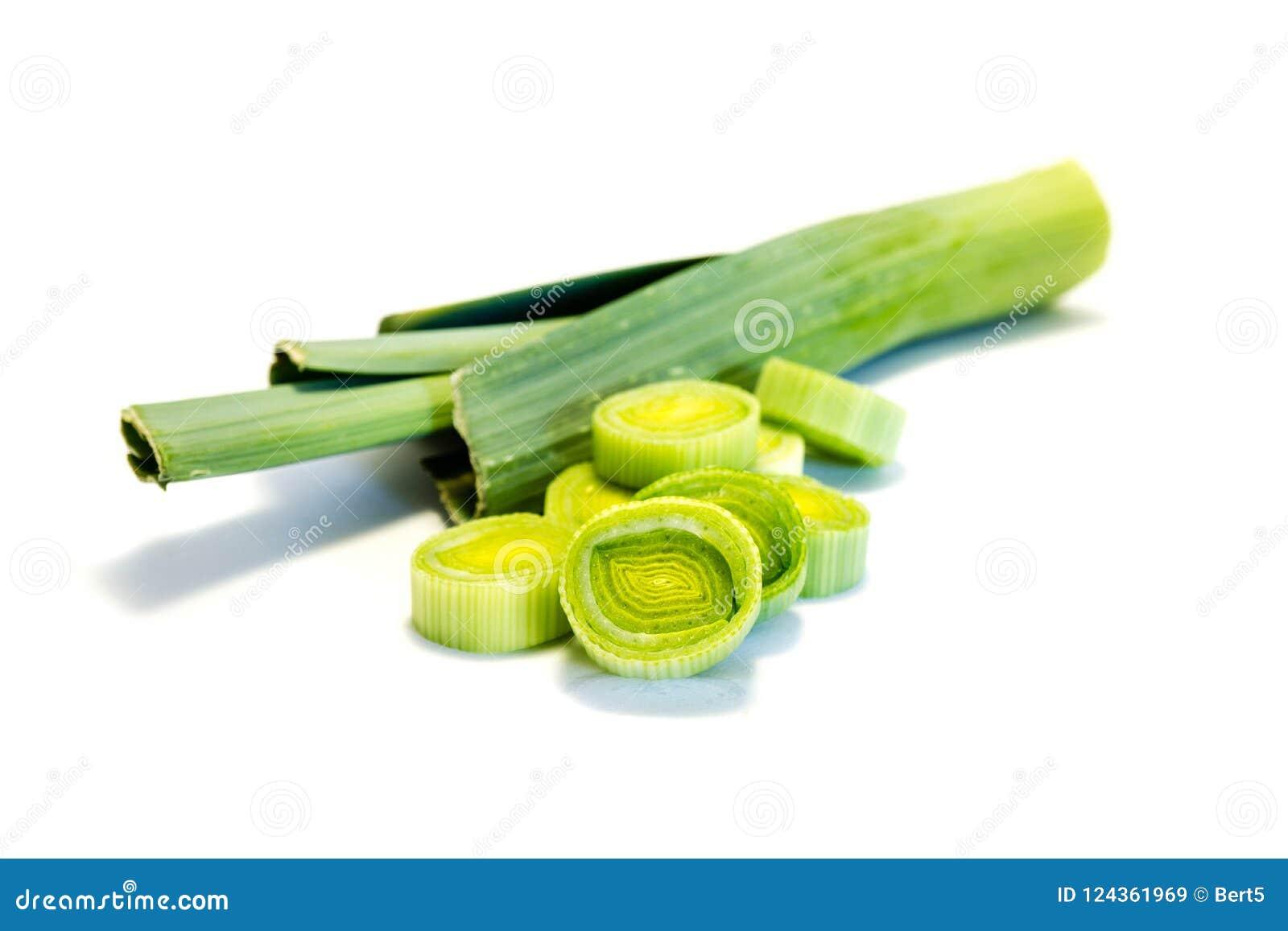 Zielony cały leek leek pokrajać odosobnionego na białym tle