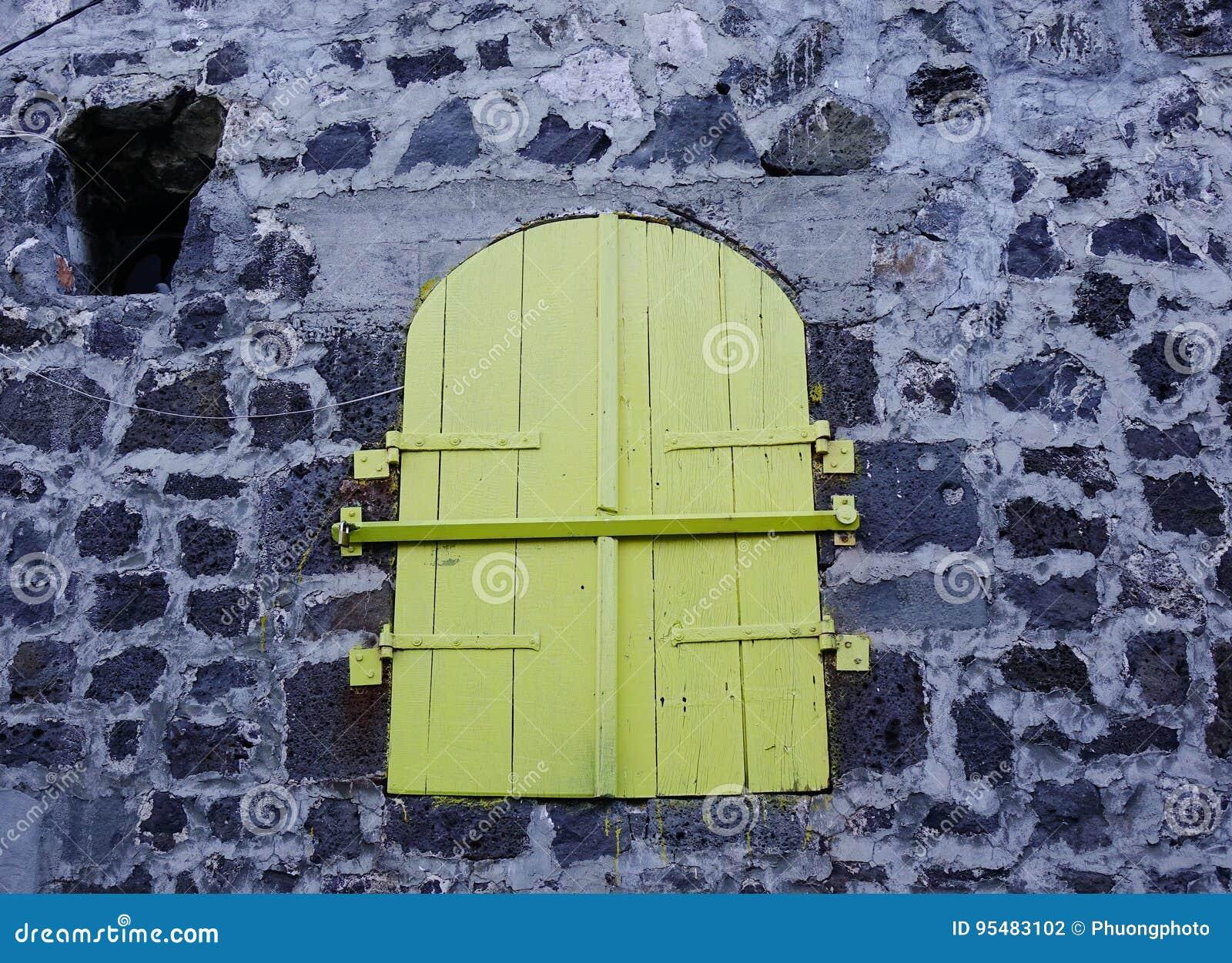 Zielony drewniany drzwi z kamienną ścianą