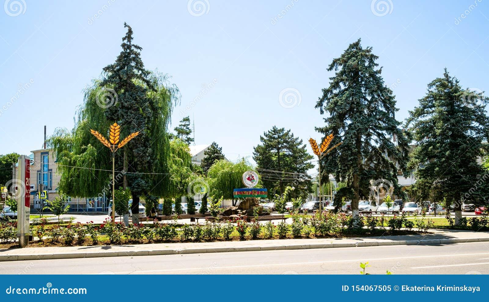 Zielony kwadrat na Sovetov ulicie w Abinsk mieście