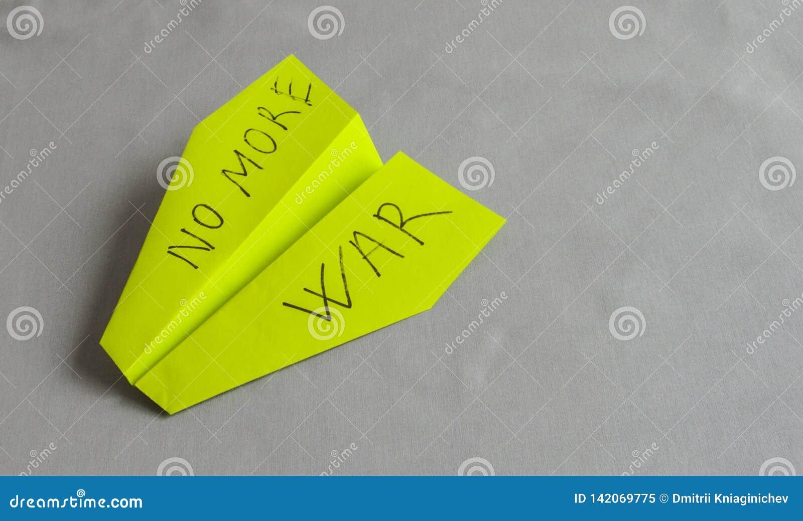 Zielony papierowy samolot