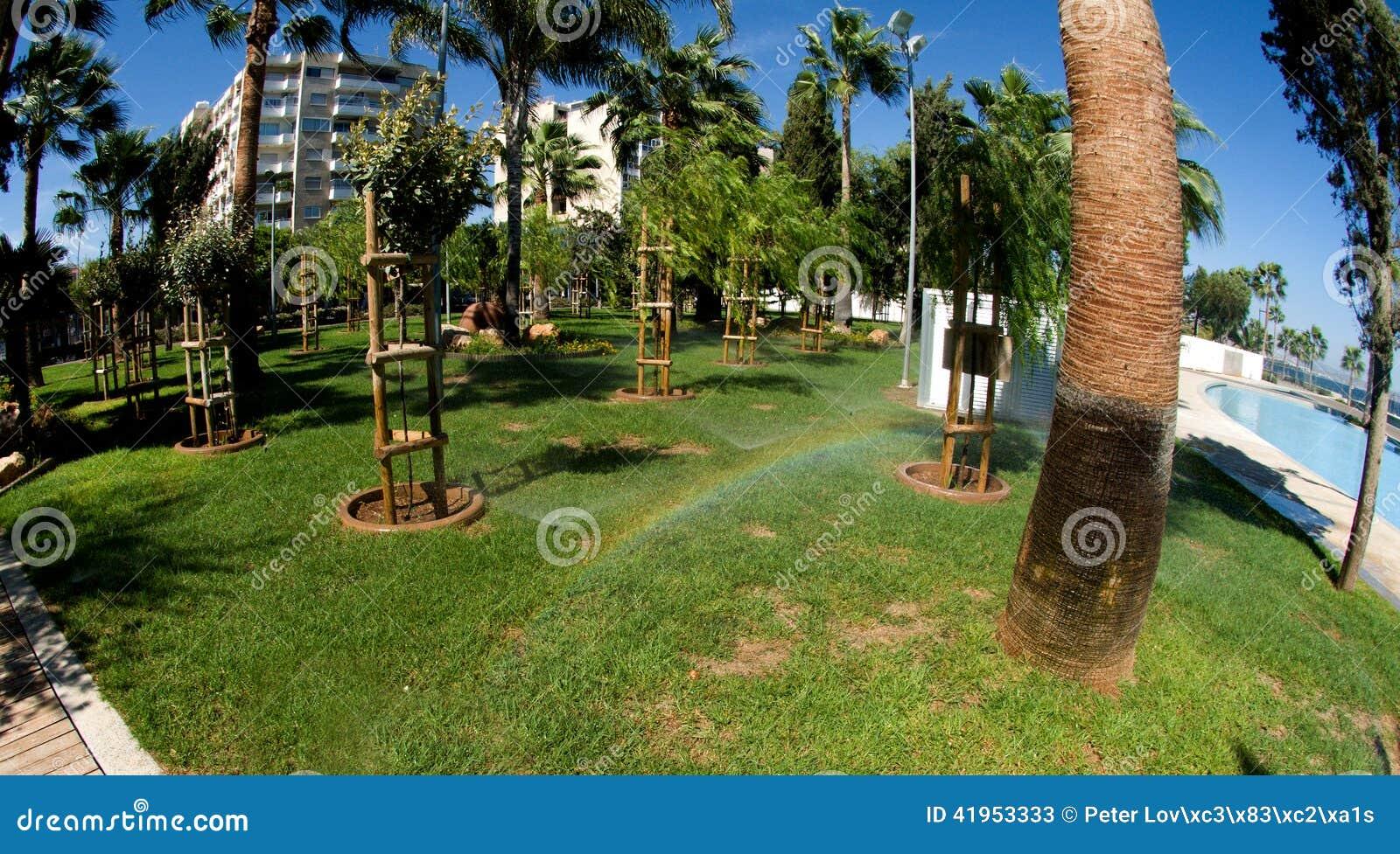 Zielony park w nowo?ytnym deptaku - Limassol, Cypr