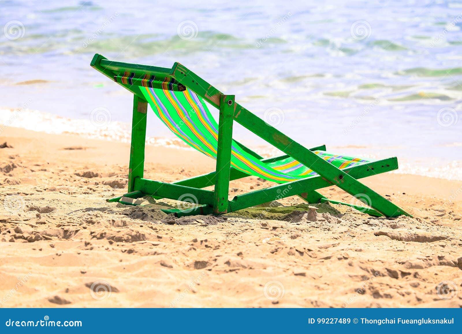 Zielony Plażowy trampoline przy morze plażą z piaskiem, jako natura