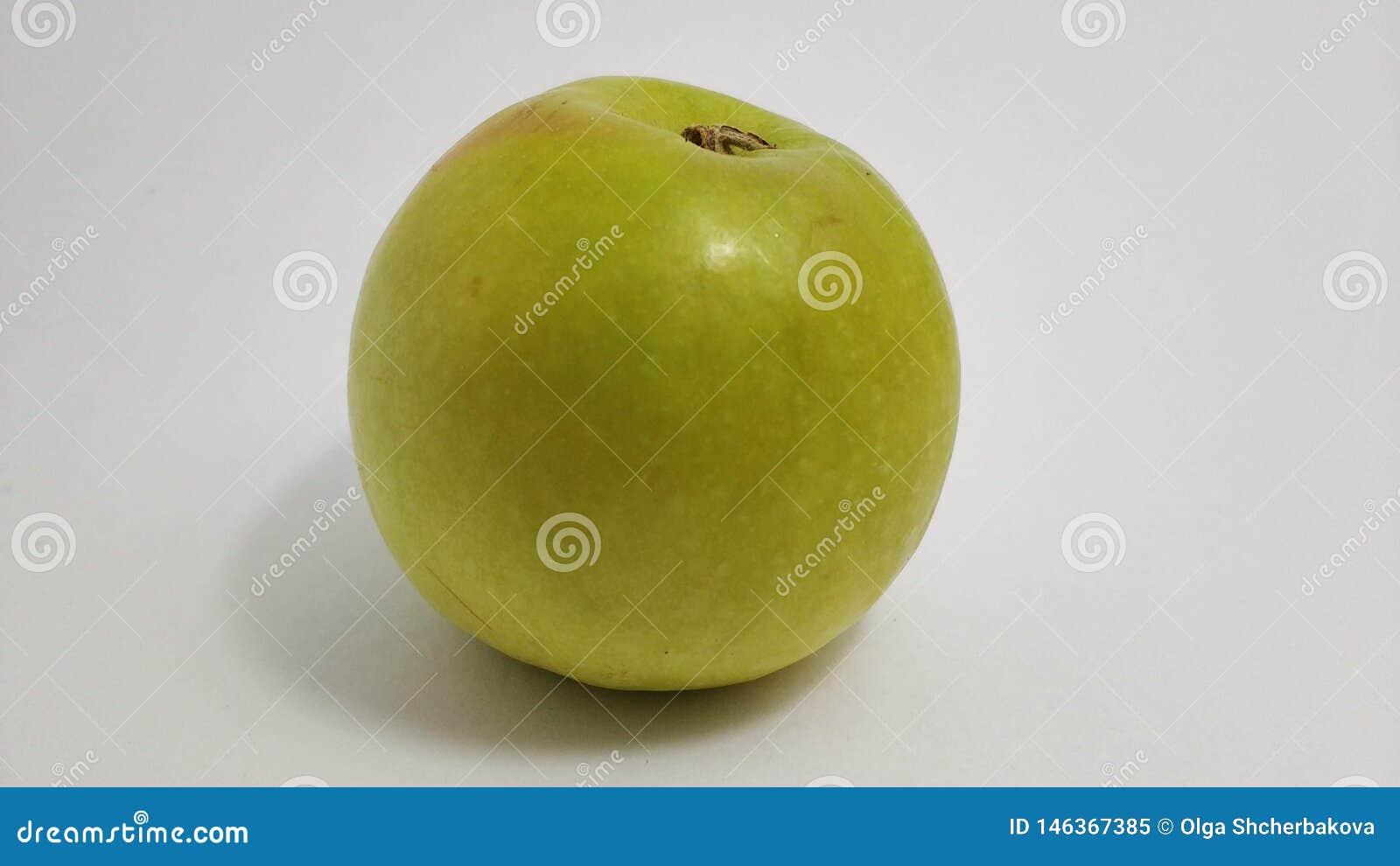 Zielony słodki jabłko zamknięty w górę białego tła na