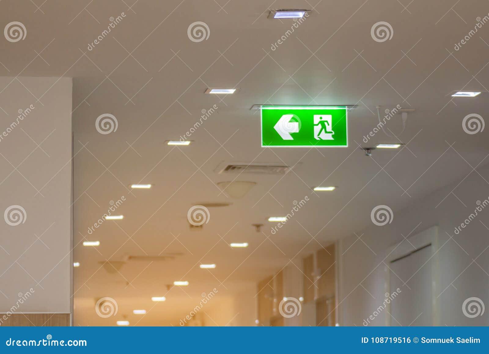 Zielony wyjście ewakuacyjne podpisuje wewnątrz szpital pokazuje sposób uciekać