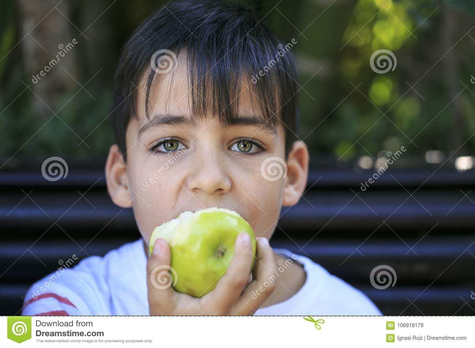 Zielonych oczu chłopiec je jabłka