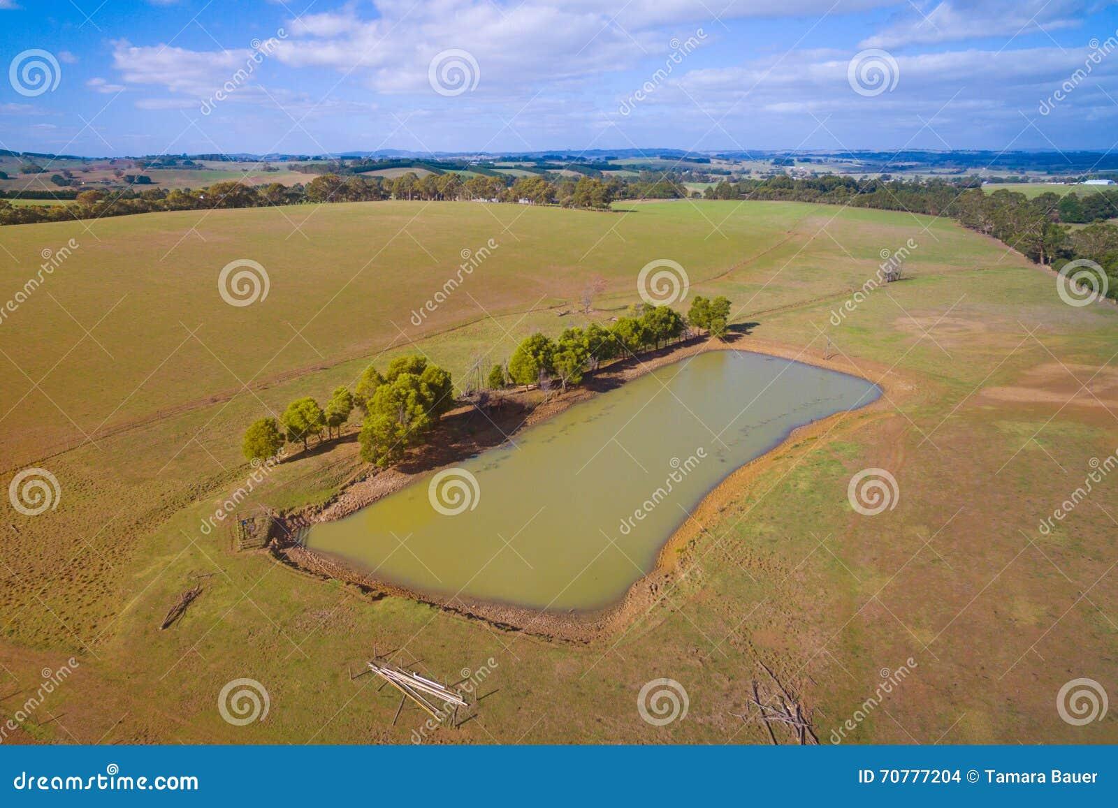 Ziemia uprawna z tamą w Australia