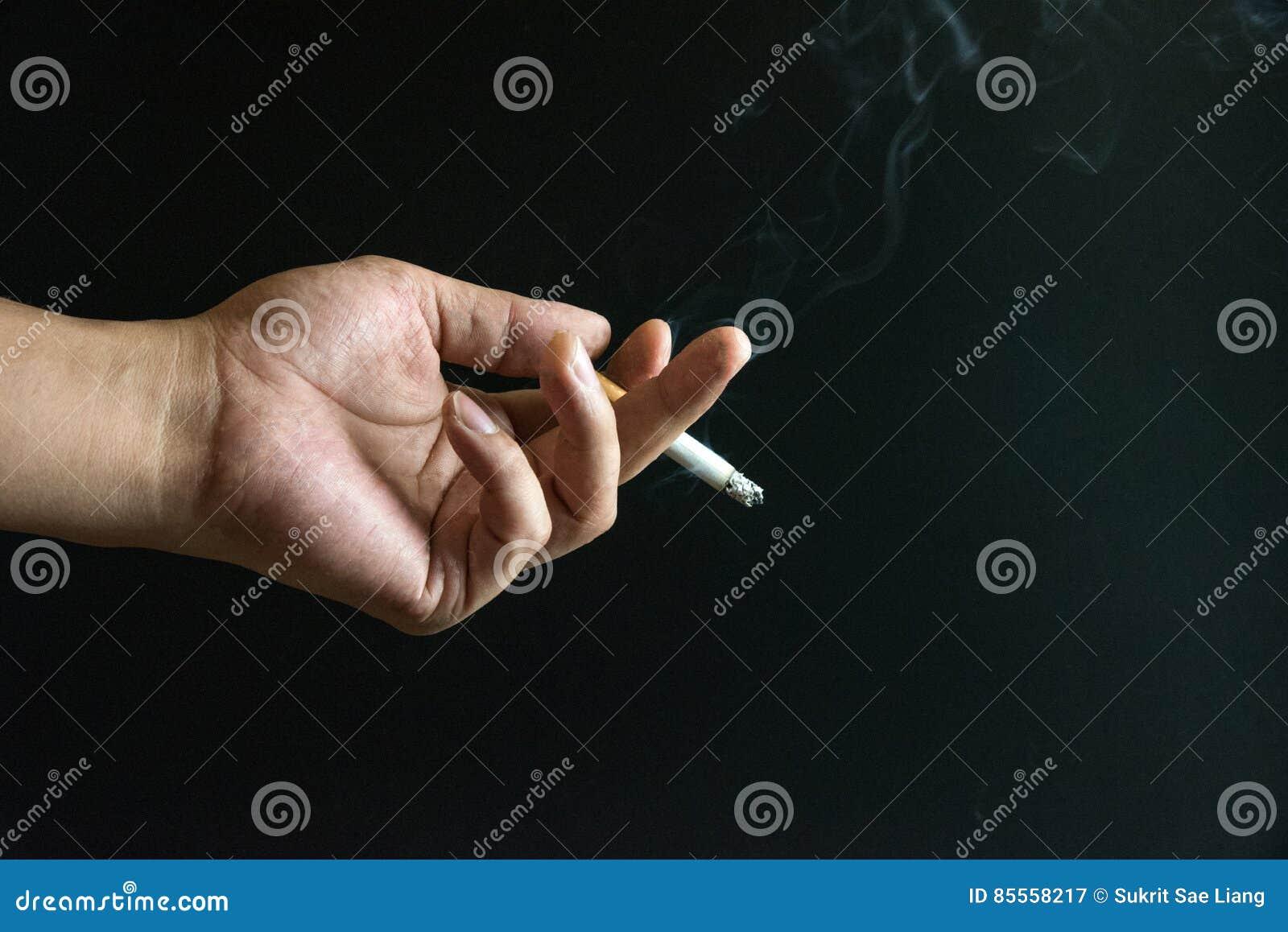 Zigarette auf der Hand