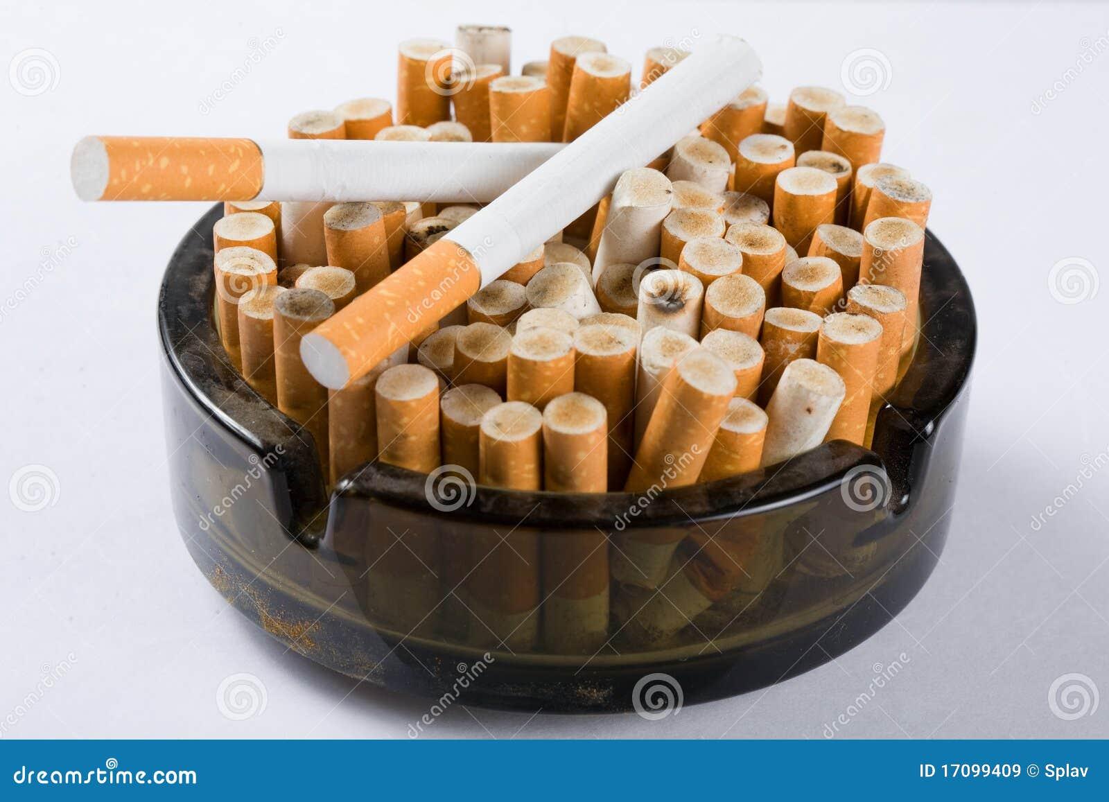 Zigaretten im Aschenbecher