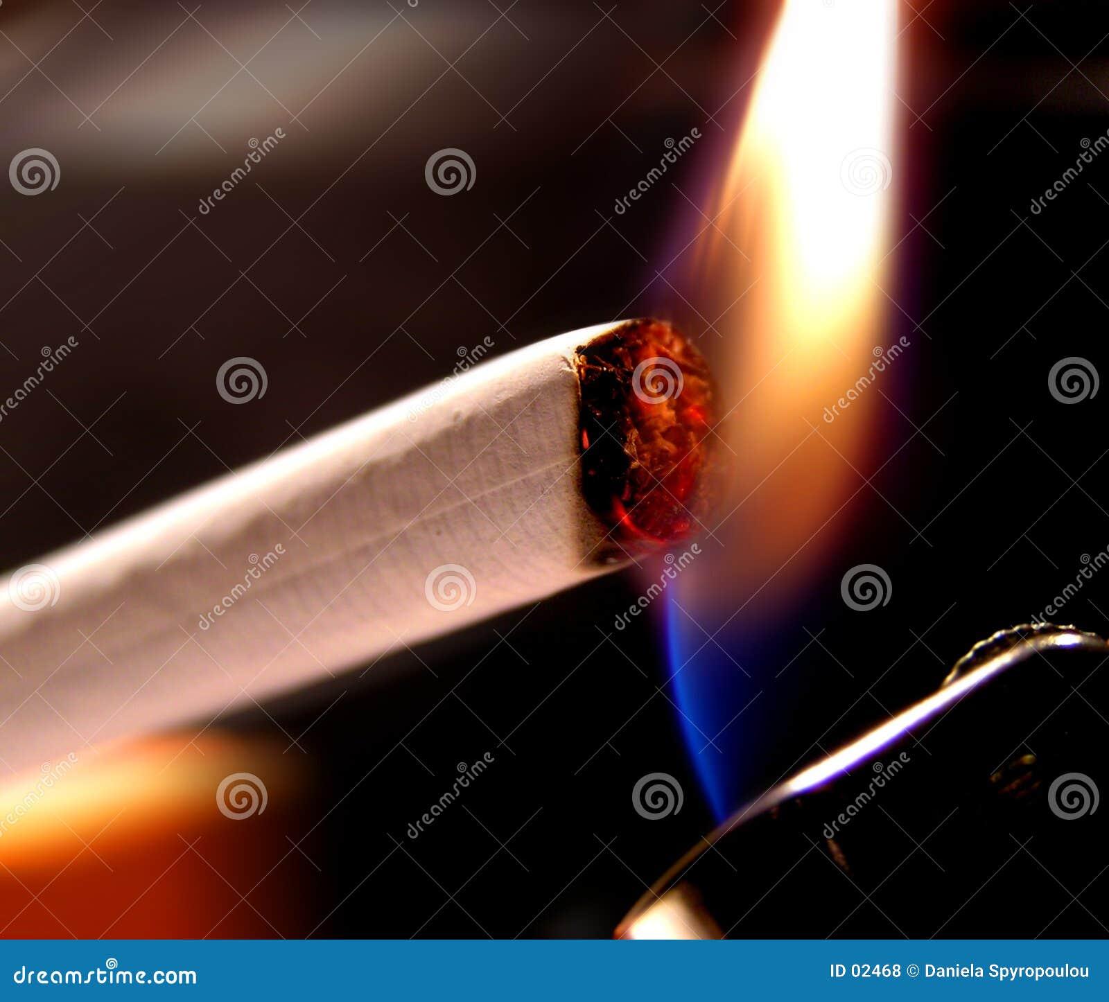 Download Zigarettenbeleuchtung stockfoto. Bild von beleuchtung, krebs - 2468