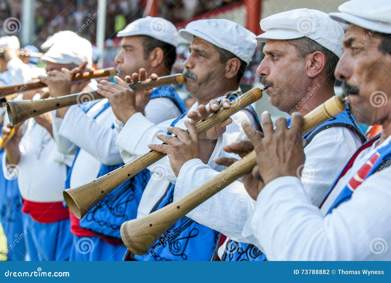 Zigenska flöjtspelare utför under konkurrens på festivalen för brottningen för Kirkpinar turkolja i Edirne, Turkiet
