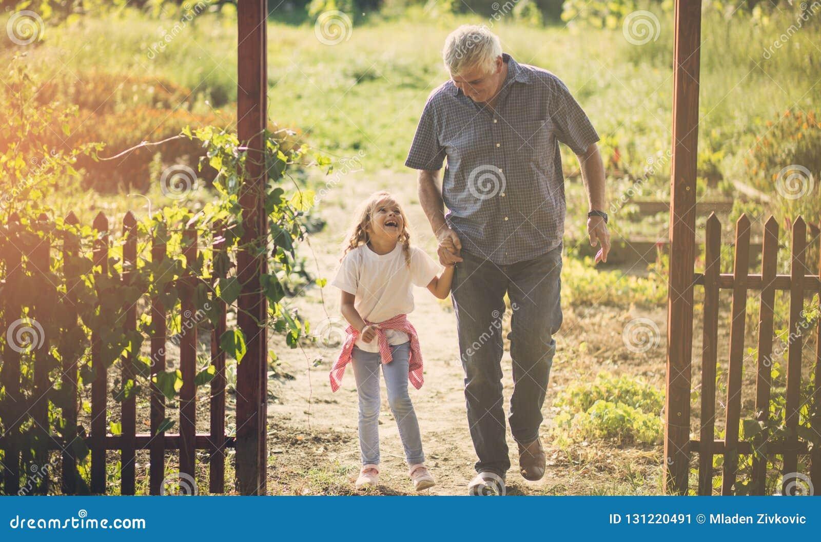Zij geniet van sprekend aan haar grootvader