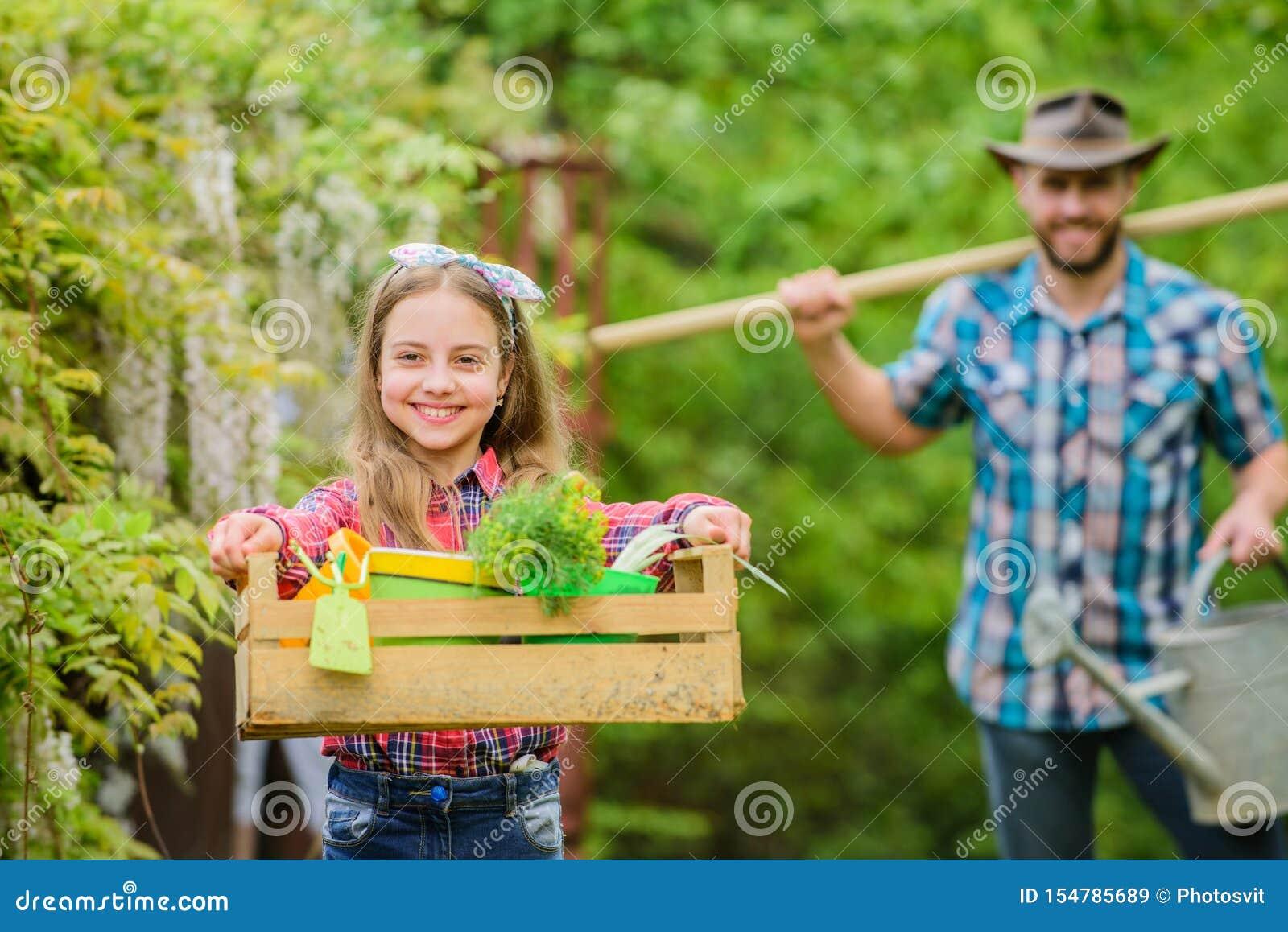 Zij kent alles over bloemen het land van het de lentedorp Vader en dochter op boerderij Meisje en gelukkige mensenpapa