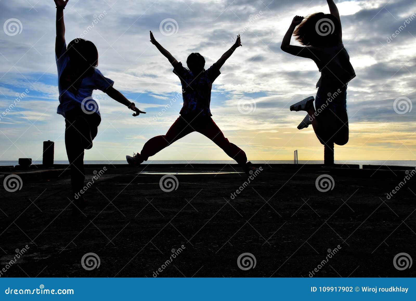 Zij springen op de bruggebaren gelijk makend zonreeksen drie vier