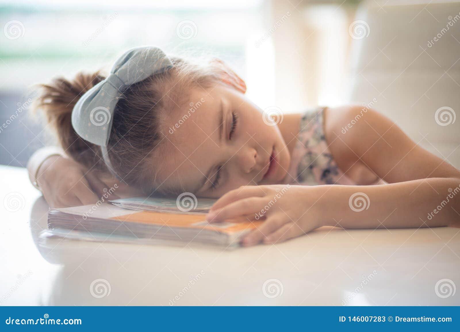 Zij werd vermoeid van lezing