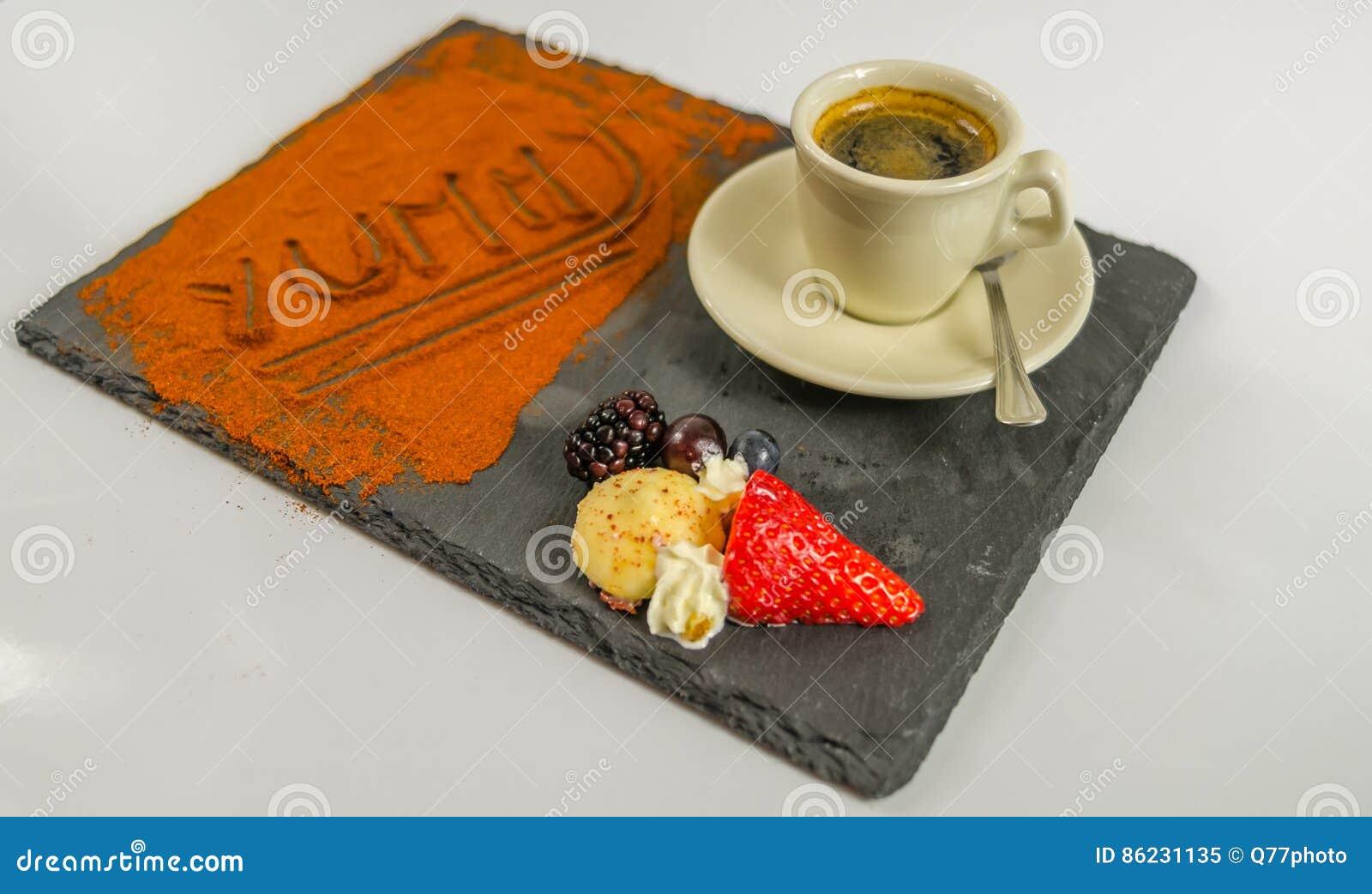 Zijaanzicht over koffie in een kopvruchten en het woord yummy op zwarte
