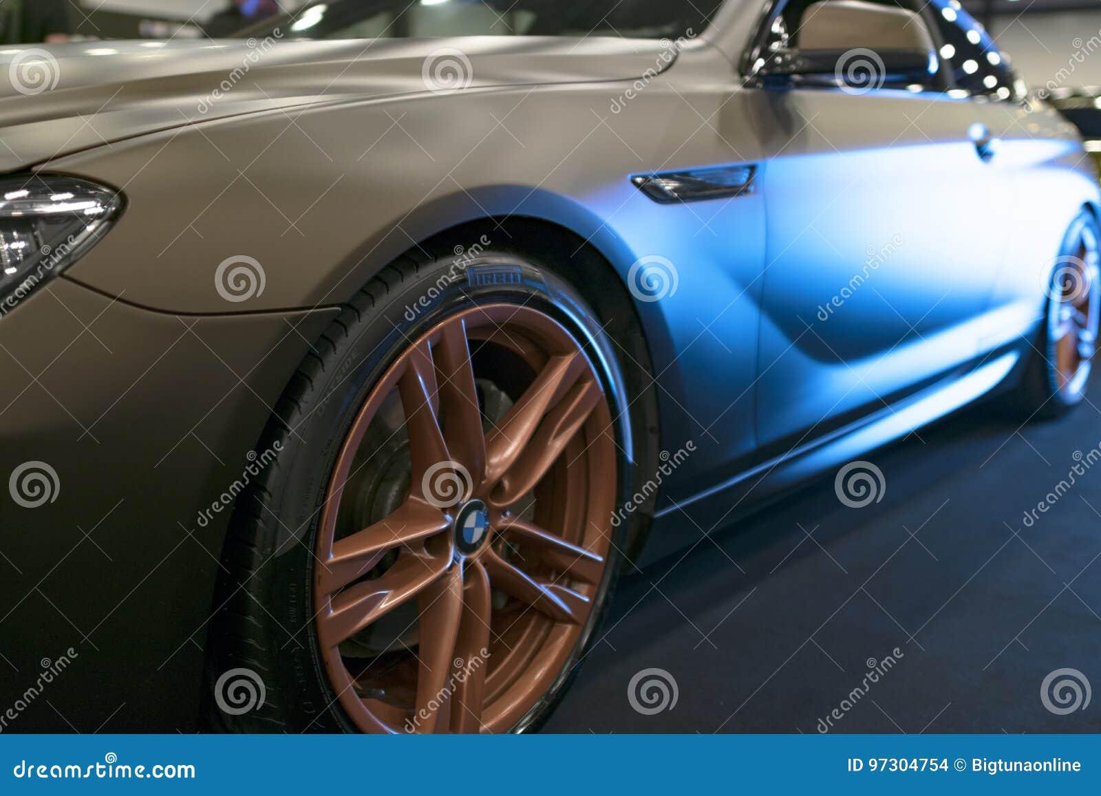 Zijaanzicht van een Stemmende coupé 2017 van BMW M6 in blauwe tonen Matte kleur Auto buitendetails