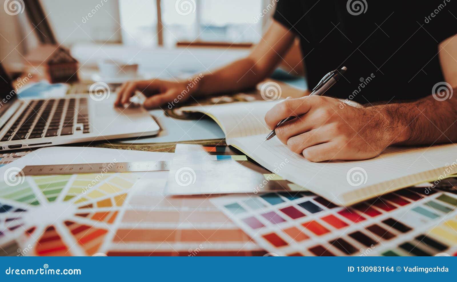 Zijaanzicht van Grafische Ontwerper Working op Project