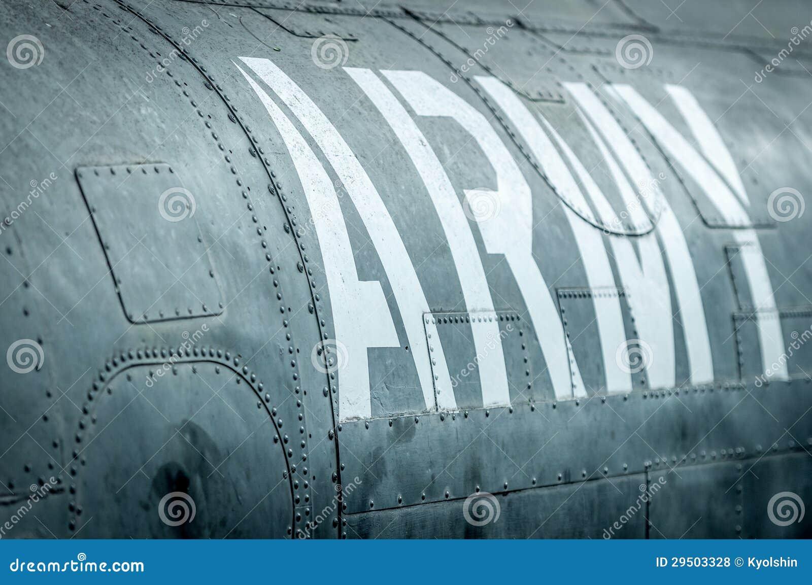 Zijaanzicht van militair vliegtuig met inschrijving.