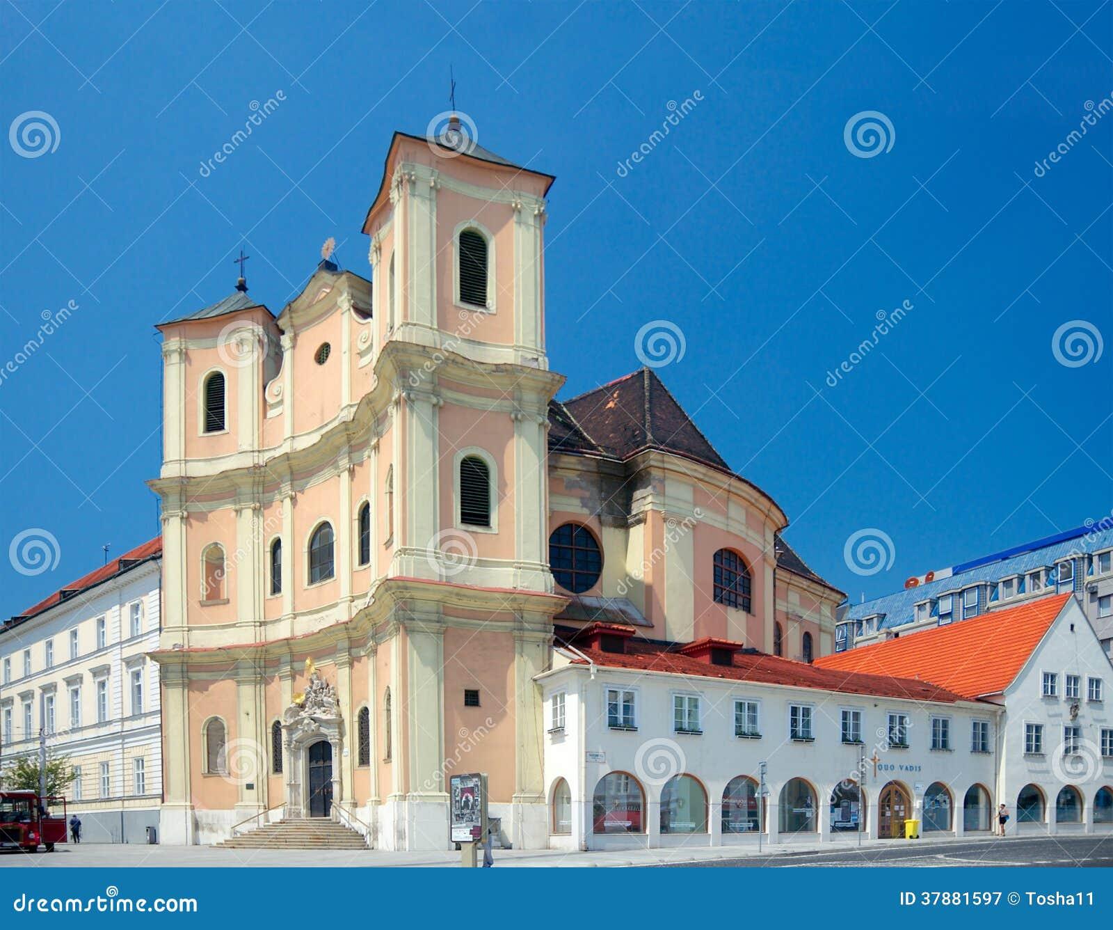 Zijaanzicht van Trinitarian Kerk (1717), Bratislava, Slowakije
