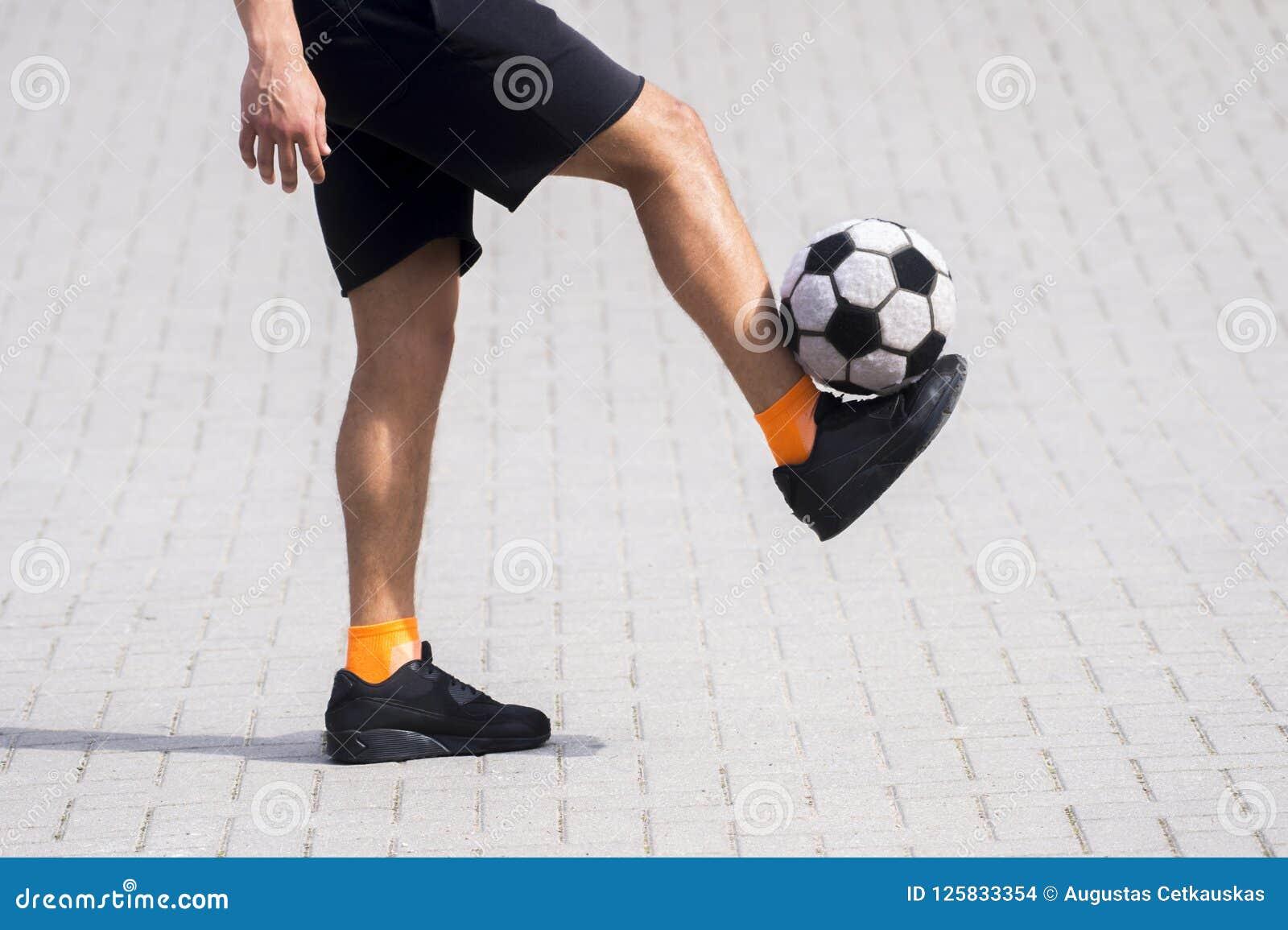 Zijaanzicht van vrij slagvoetbal of futsal speler het jongleren met balverstand