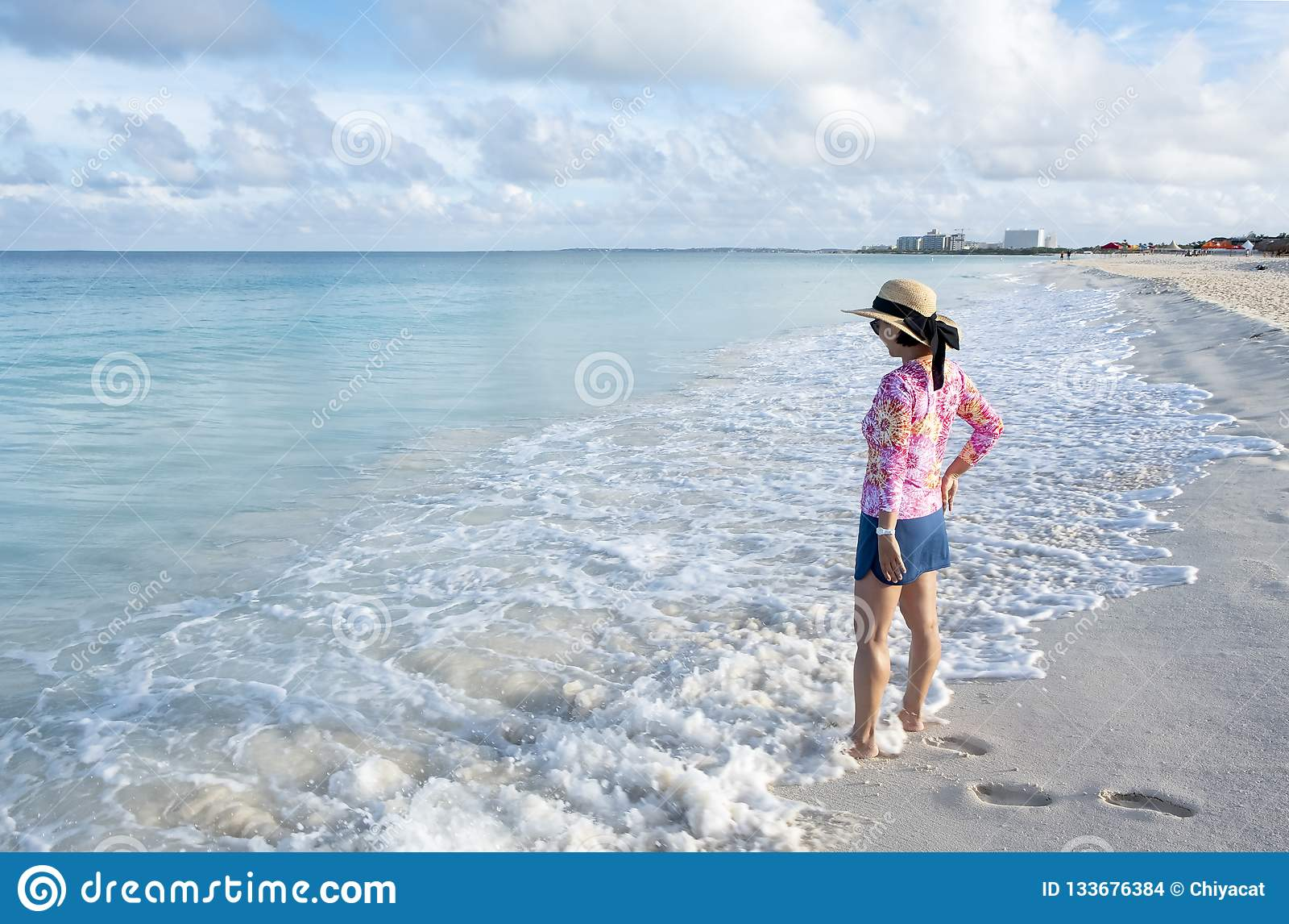 Zijaanzicht van Vrouw Status op een Caraïbisch Strand 1
