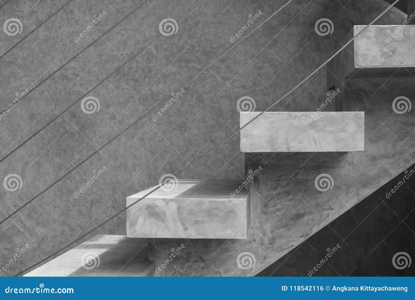 Zijaanzichtarchitectuur van concrete of naakte mortiertrap met staaldraad bij buiten de bouw