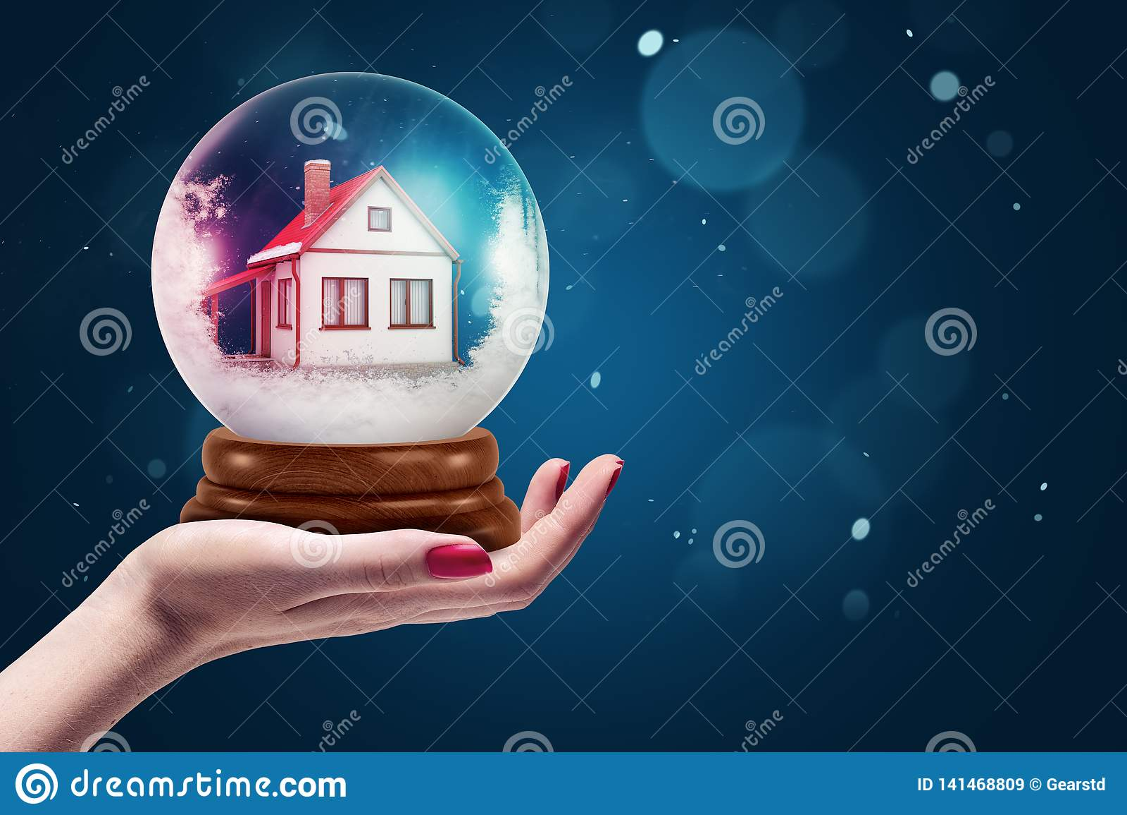 Zijgewassenclose-up die van de hand van het wijfje het tegenhouden van kristallen bol met binnen huis onder ogen zien