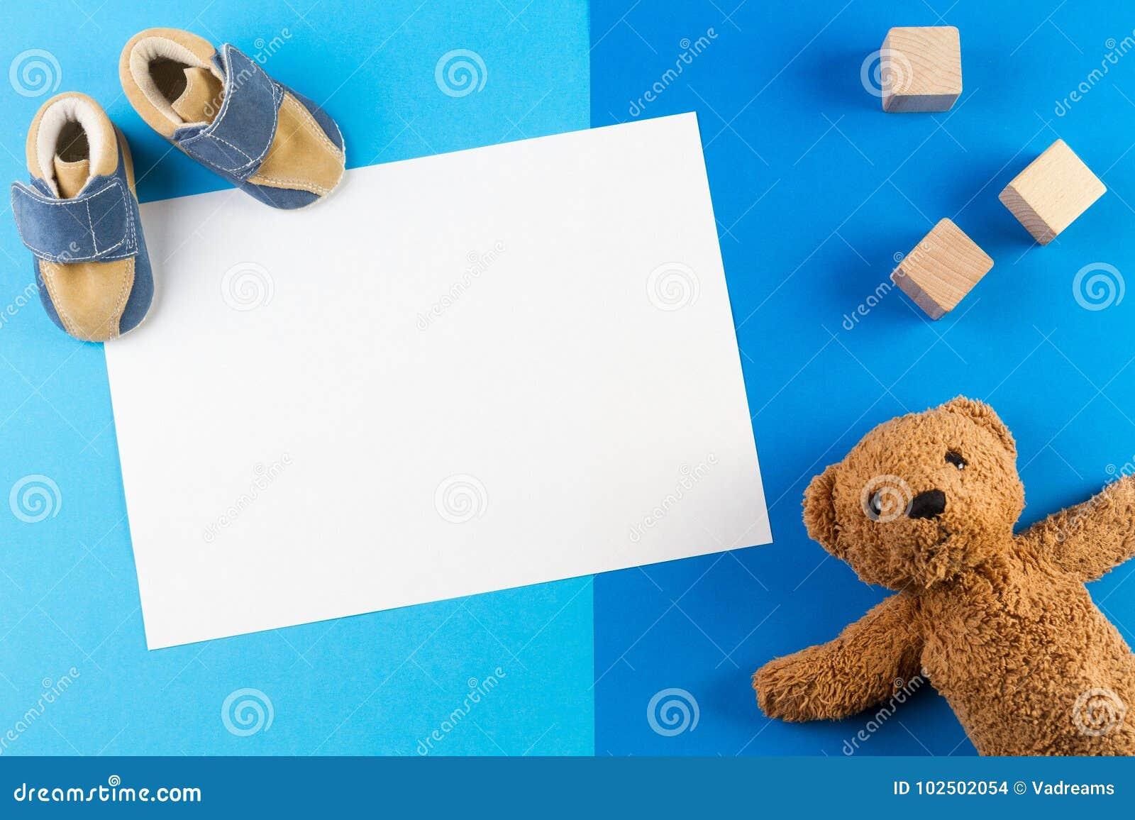 Zijn een jongen, een blauwe douche van de themababy of een Kinderdagverblijfachtergrond met lege kaart, een teddy besr, houten bl