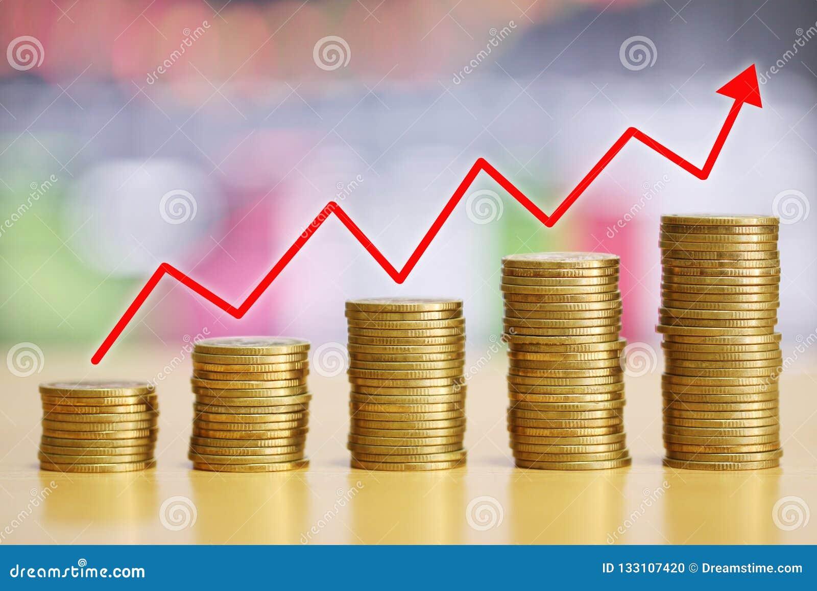 Zijn het stapel gouden muntstuk van financieel gekweekt concept en de rode pijlen ri