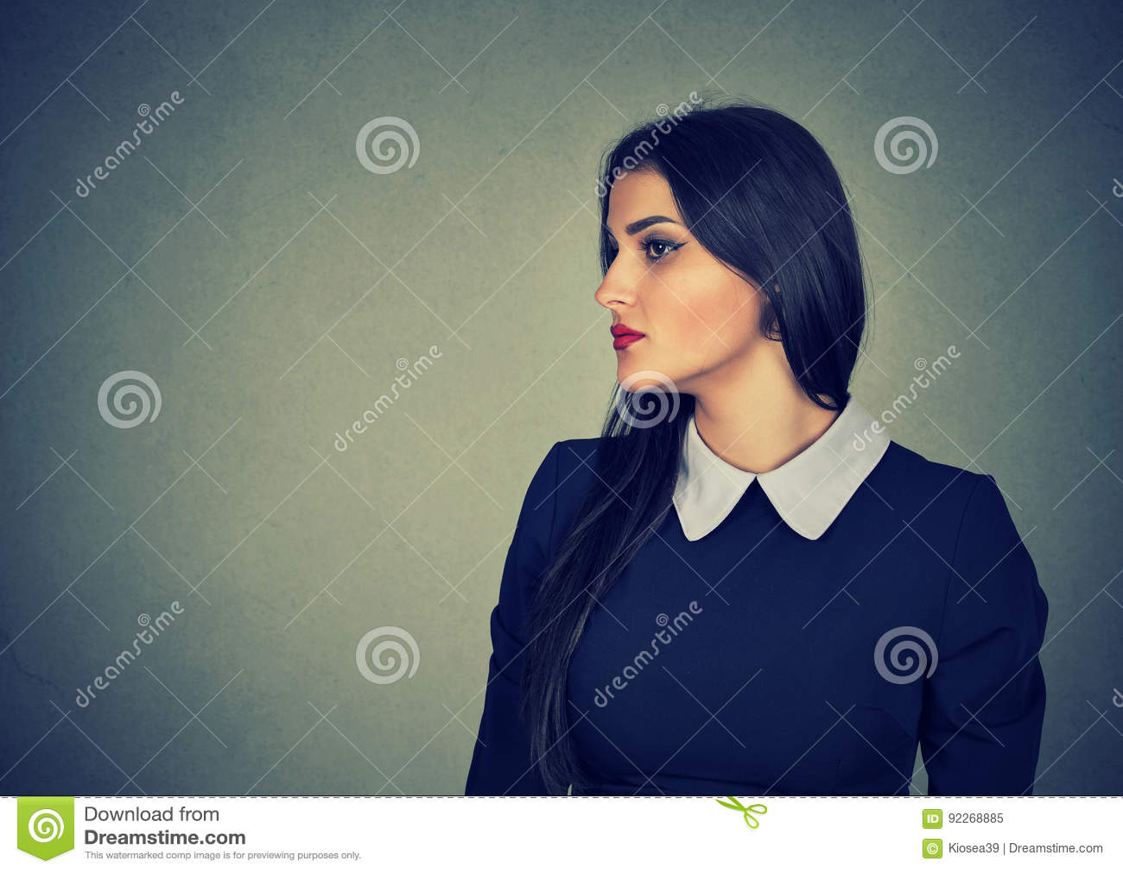 Zijprofiel van een aantrekkelijke vrouw