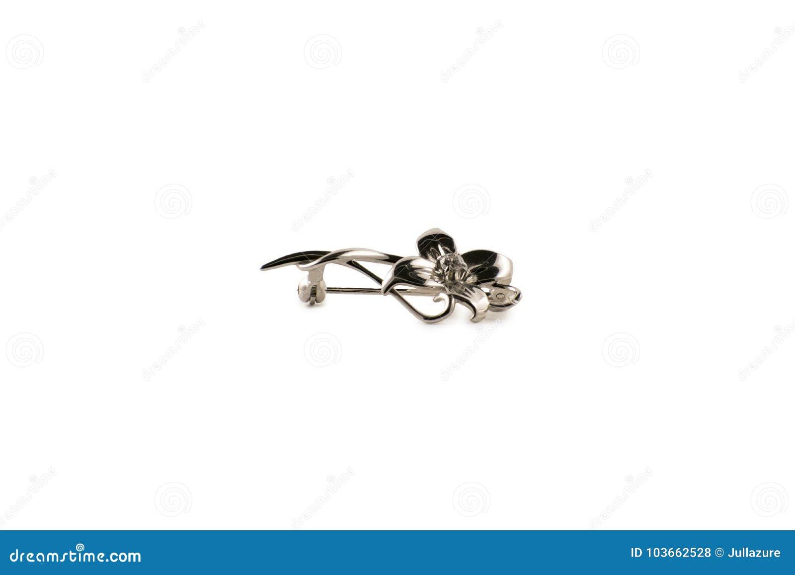 Zilveren broche in de vorm van een bloem op een witte achtergrond