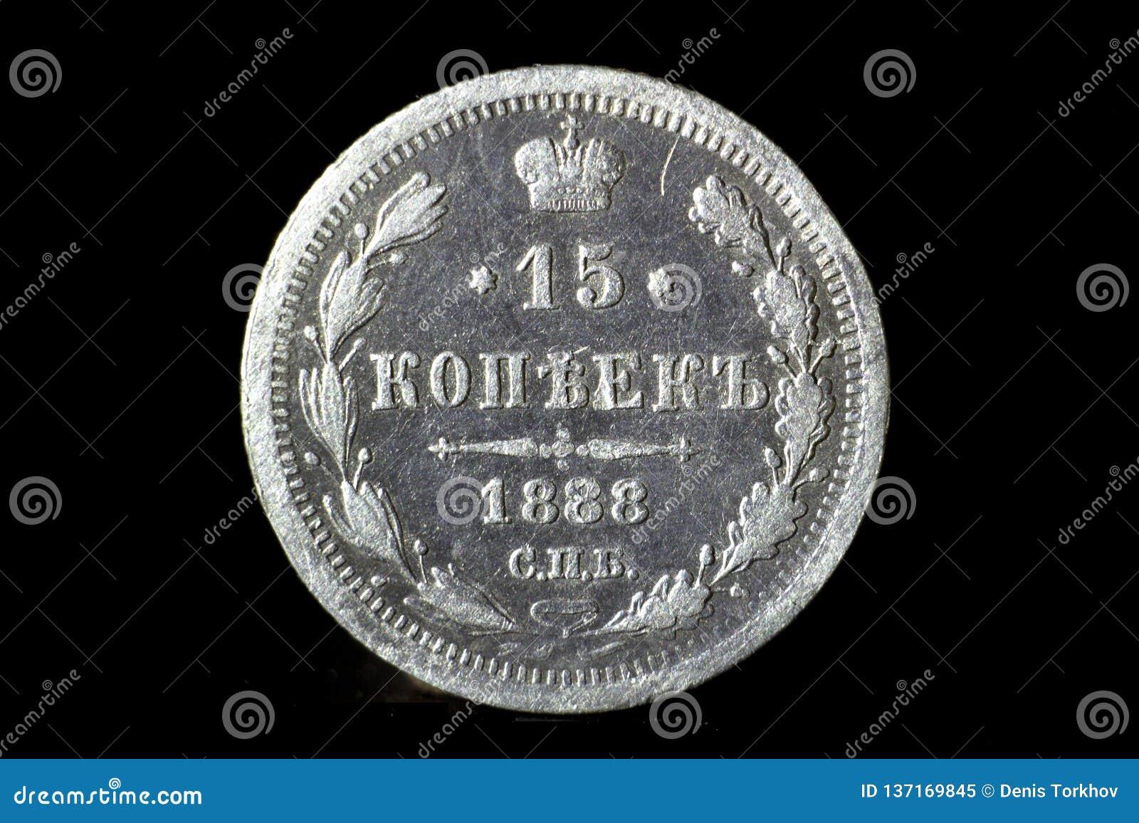15 zilveren centen van het Russische Imperium op een zwarte geïsoleerde achtergrond