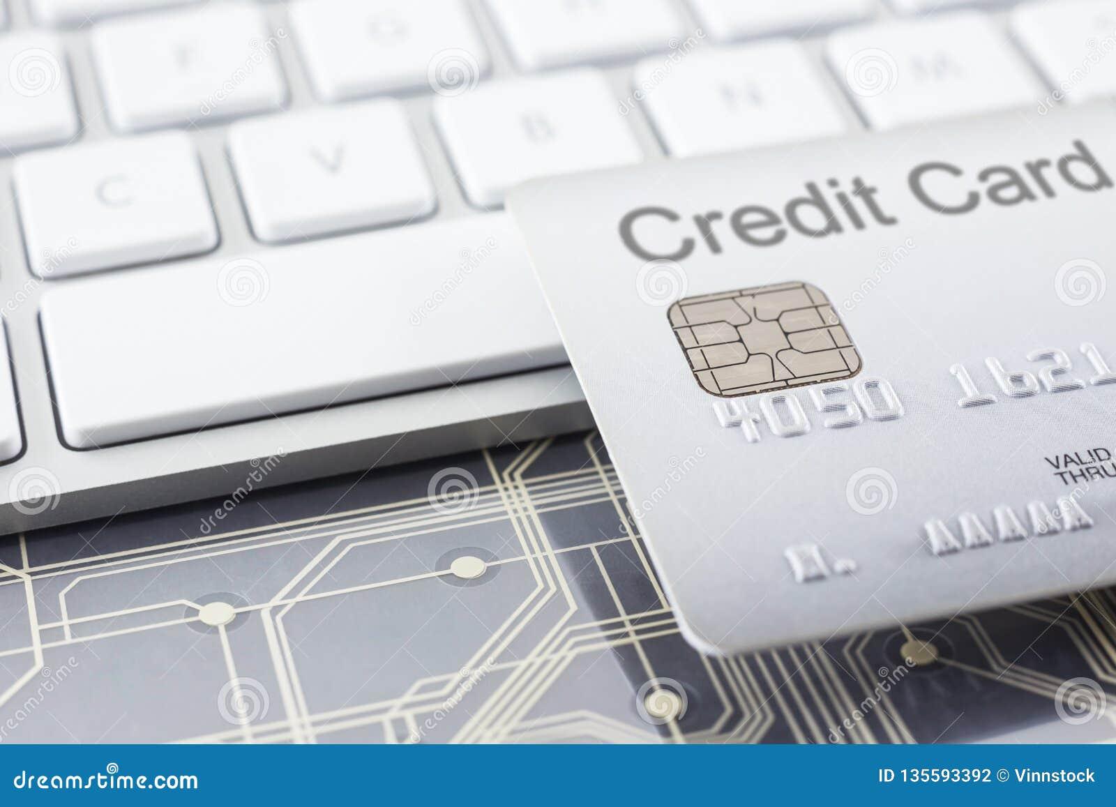 Zilveren creditcard met digitale kringen en toetsenbord