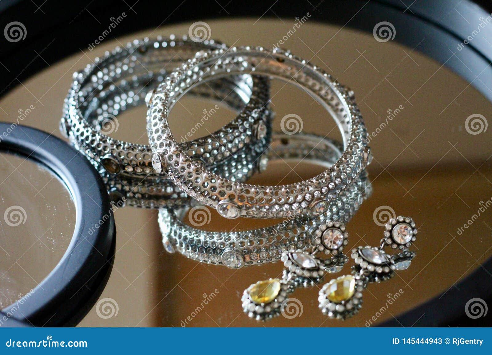 Zilveren en gouden juwelen op een spiegel