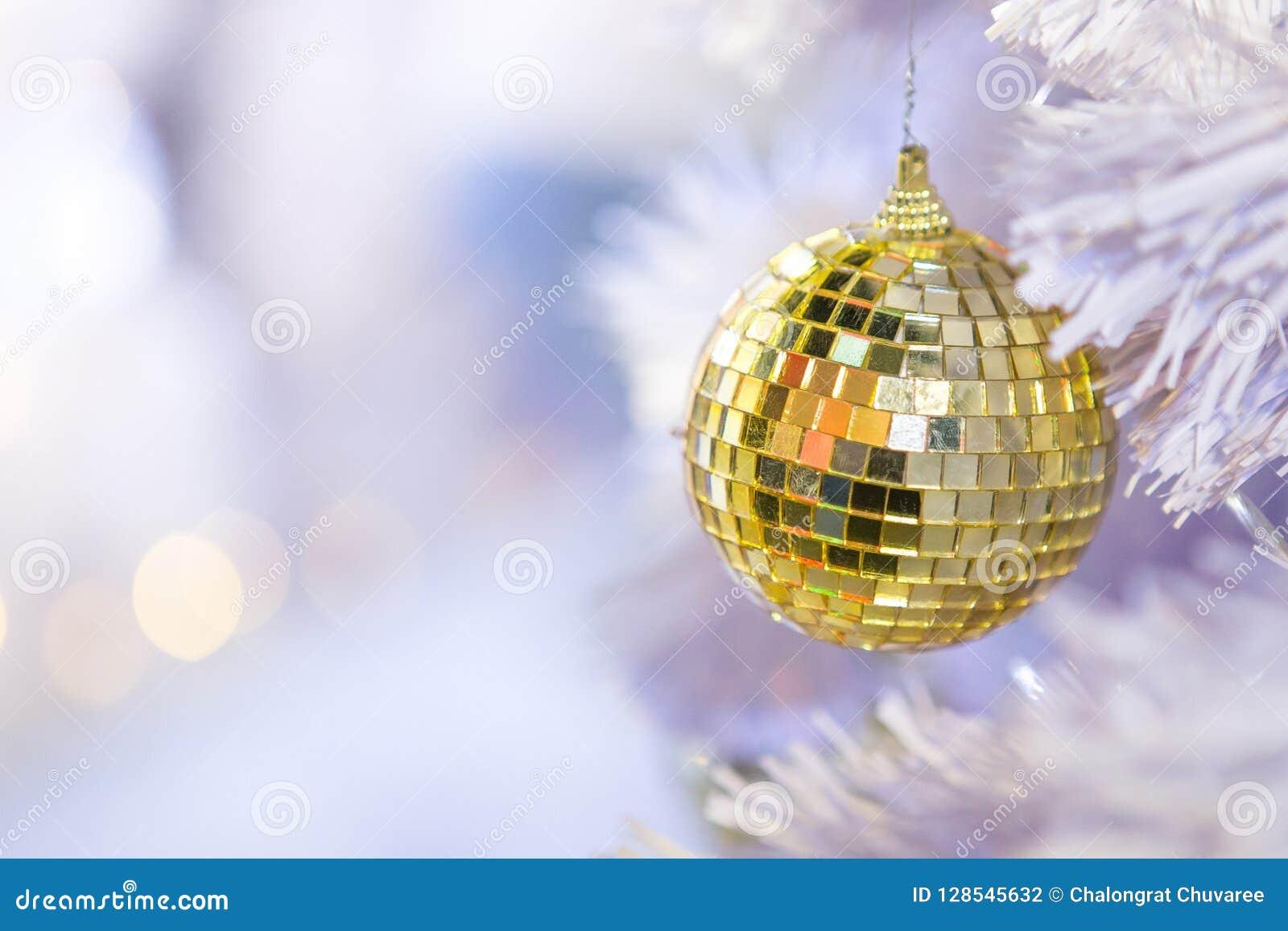 Zilveren en gouden spiegelballen op een witte Kerstboom