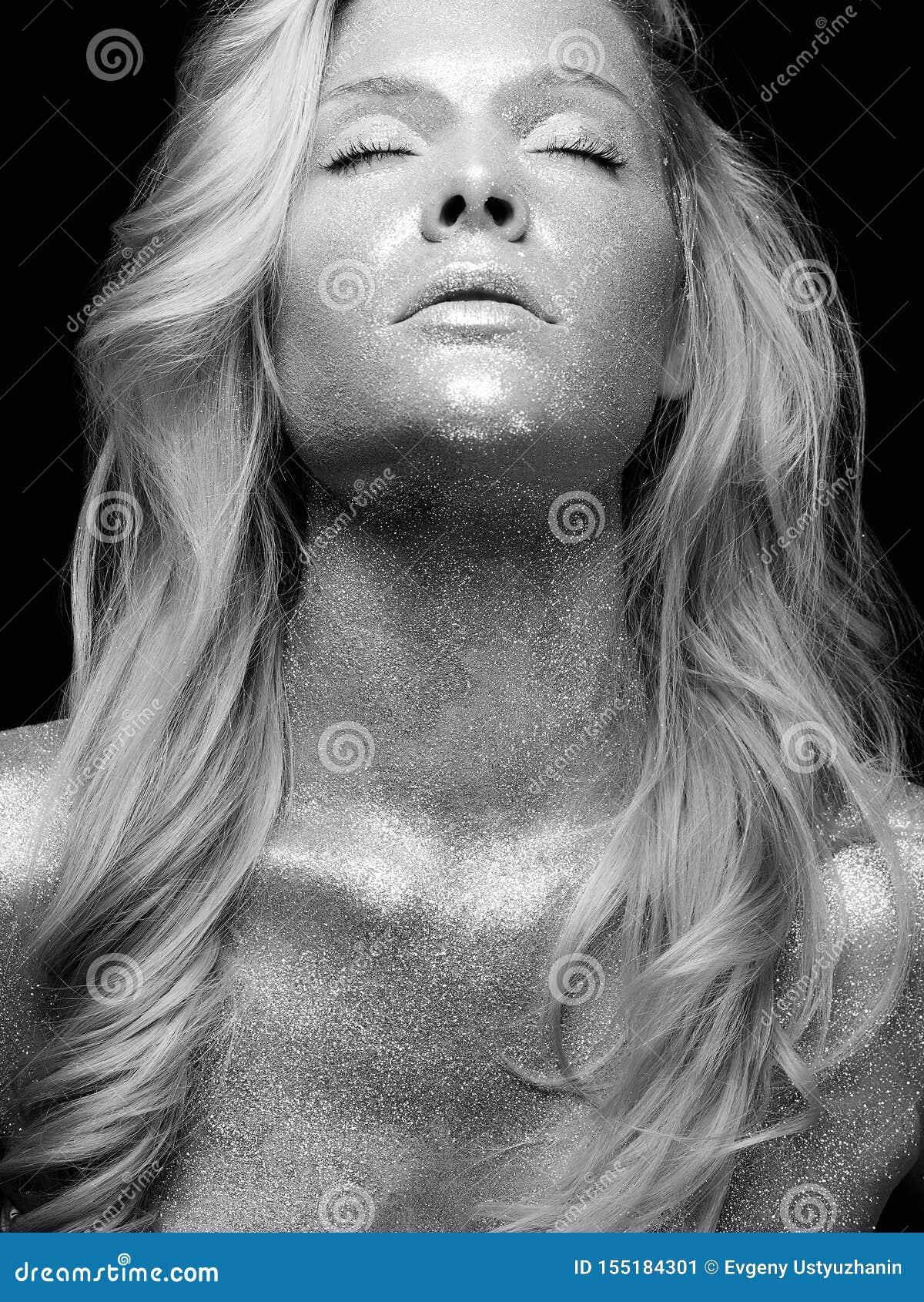 Zilveren meisje Mooie jonge Vrouw met Fonkelingen
