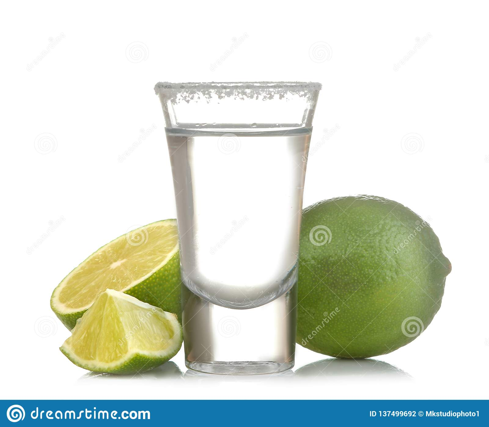 Zilveren tequila in glas/glas- met kalk dichte omhooggaand op een wit isoleerde achtergrond