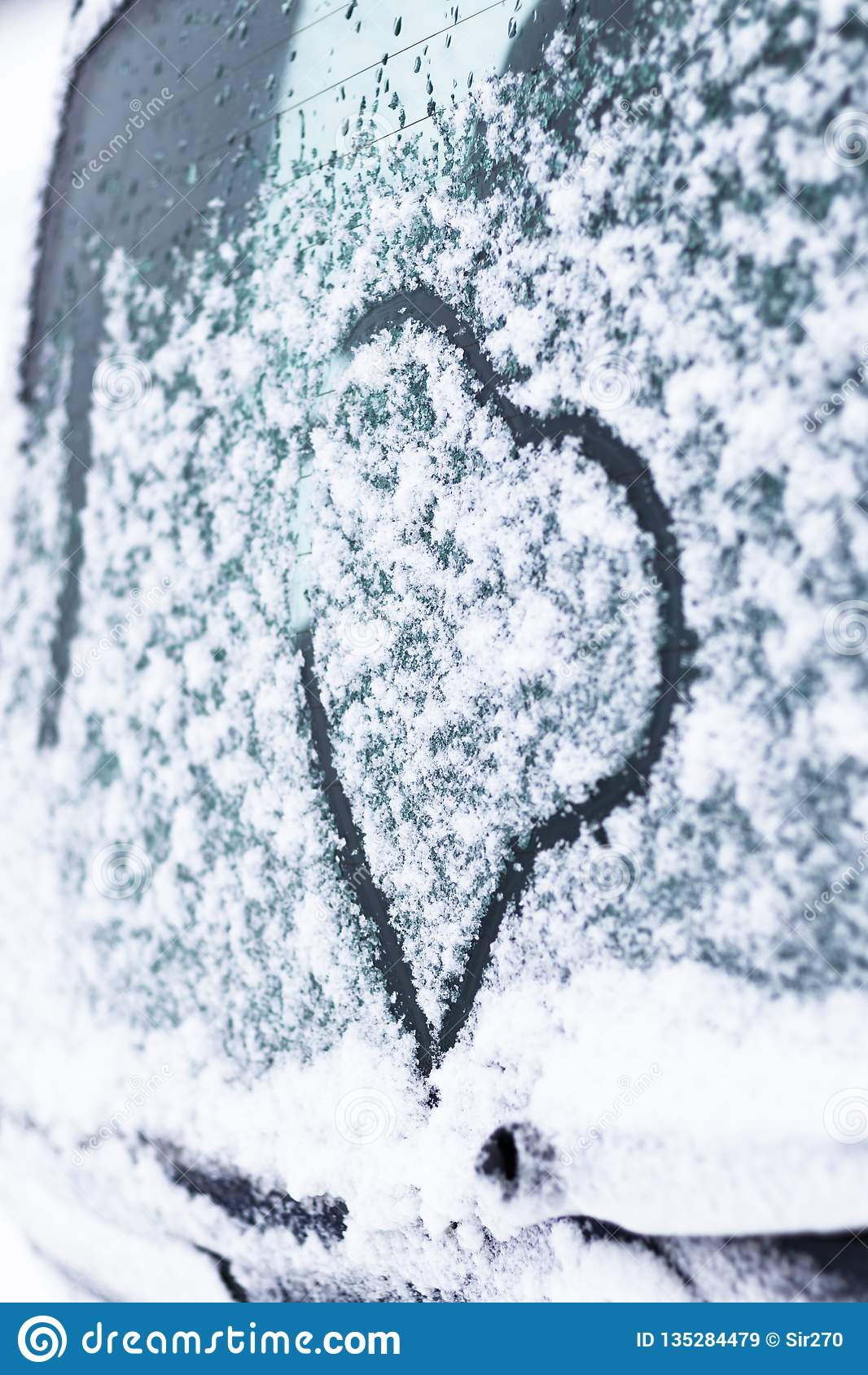 Zima, śnieg, zimno na samochodu szkle malujący serce tam tonuje