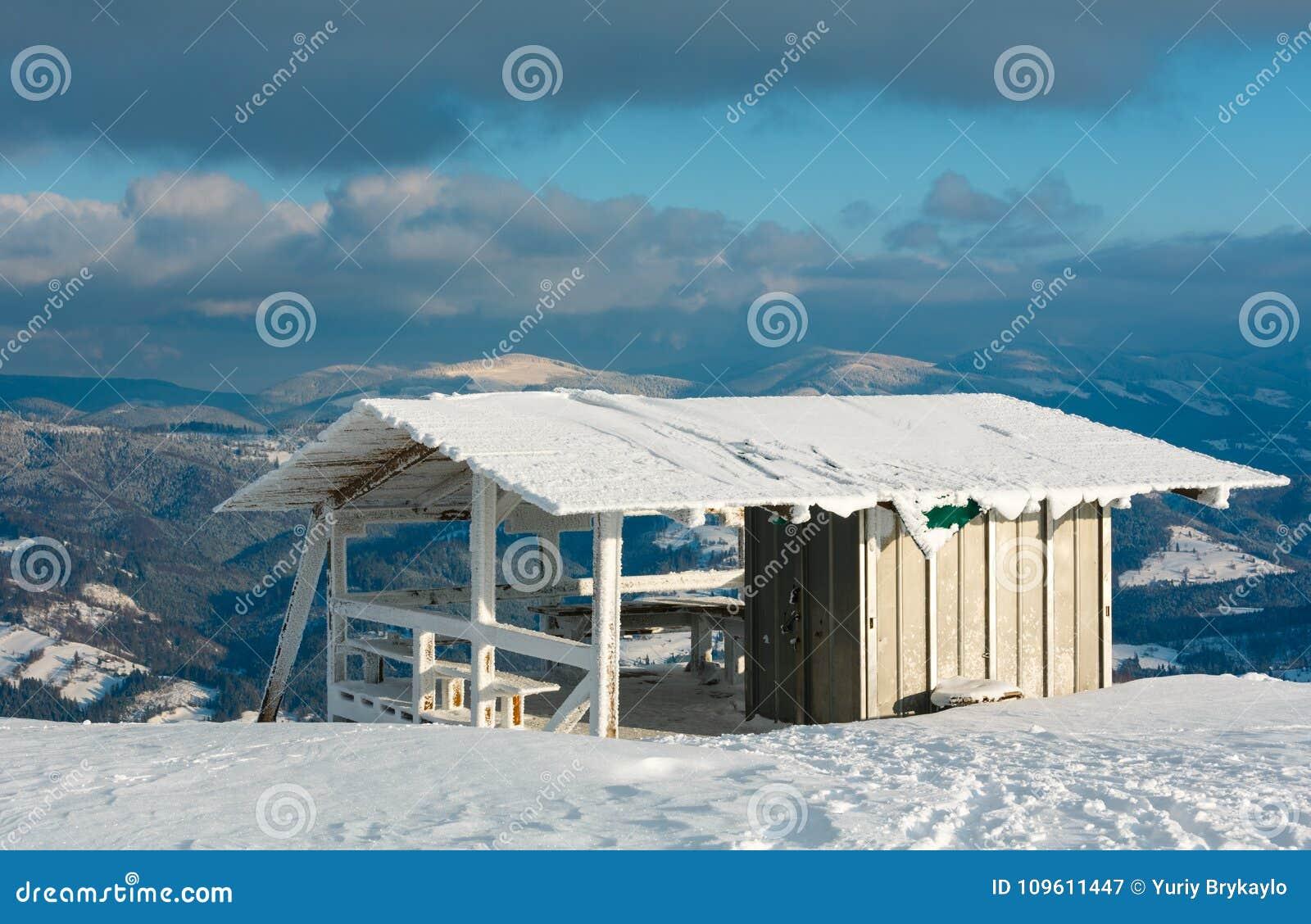 Zima halny śnieżny krajobraz z małą drewnianą platformą i c