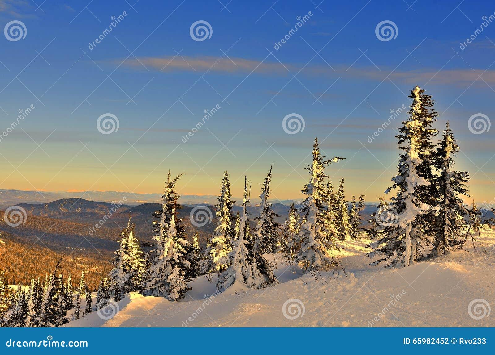 Zima krajobraz w górach przy zmierzchem
