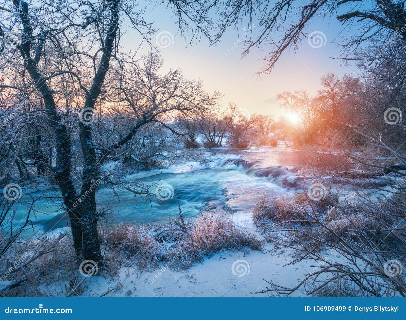 Zima krajobraz z śnieżnymi drzewami, lód, piękna marznąca rzeka