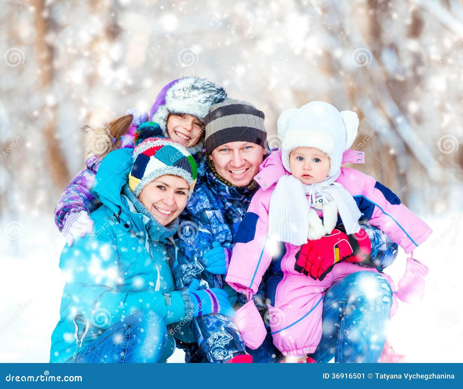 Zima portret szczęśliwa młoda rodzina
