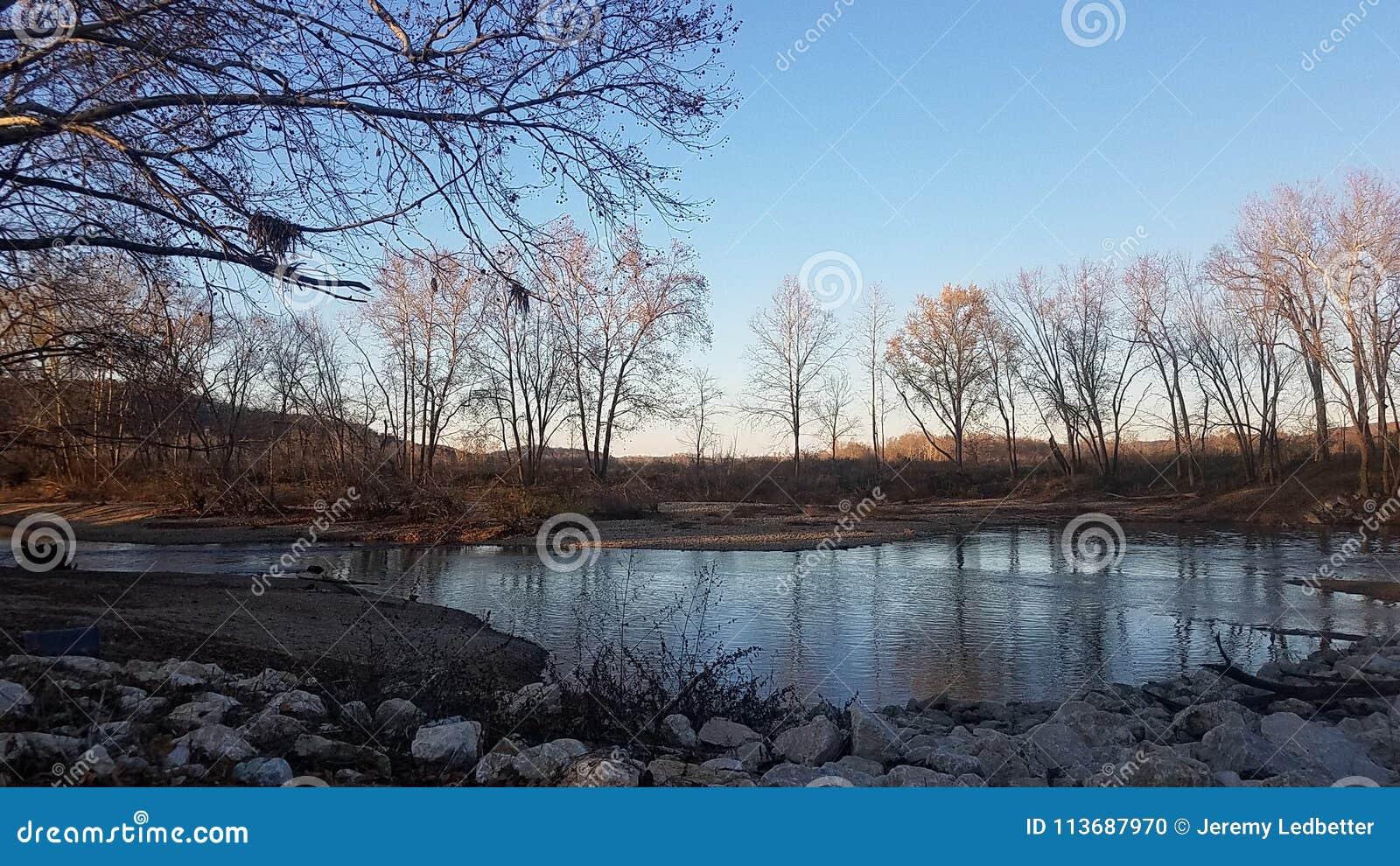 Zima zmierzch na rzece