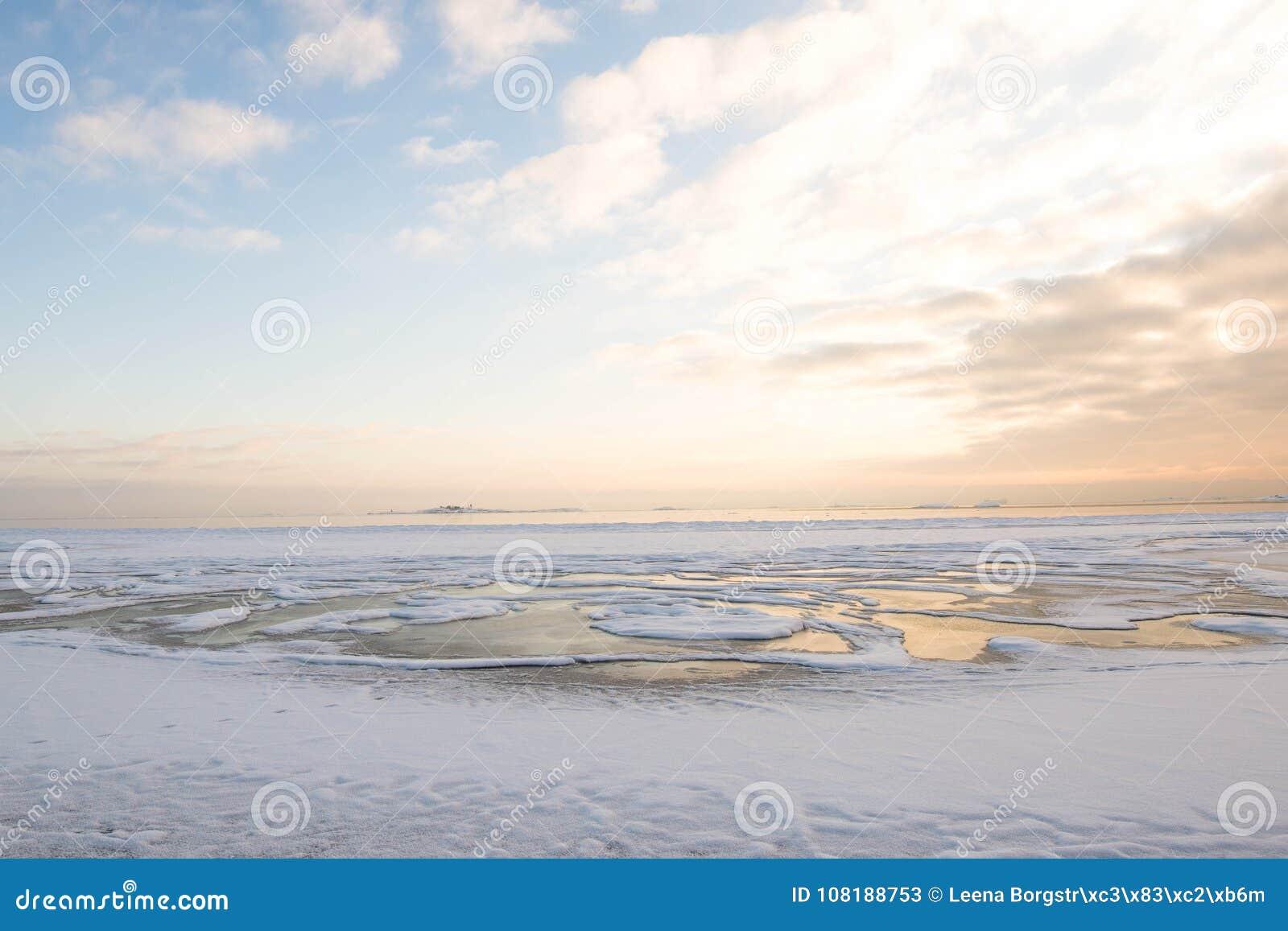 Zima zmierzch plażą, lodowaty morze