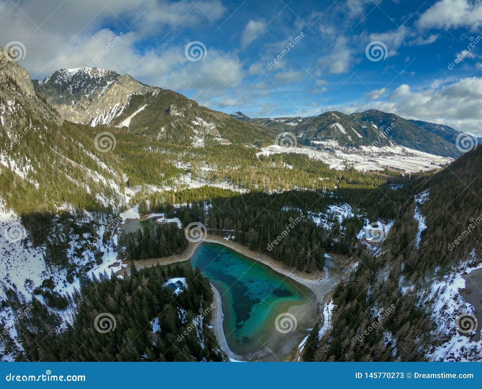 Zimny jasny jezioro w alps