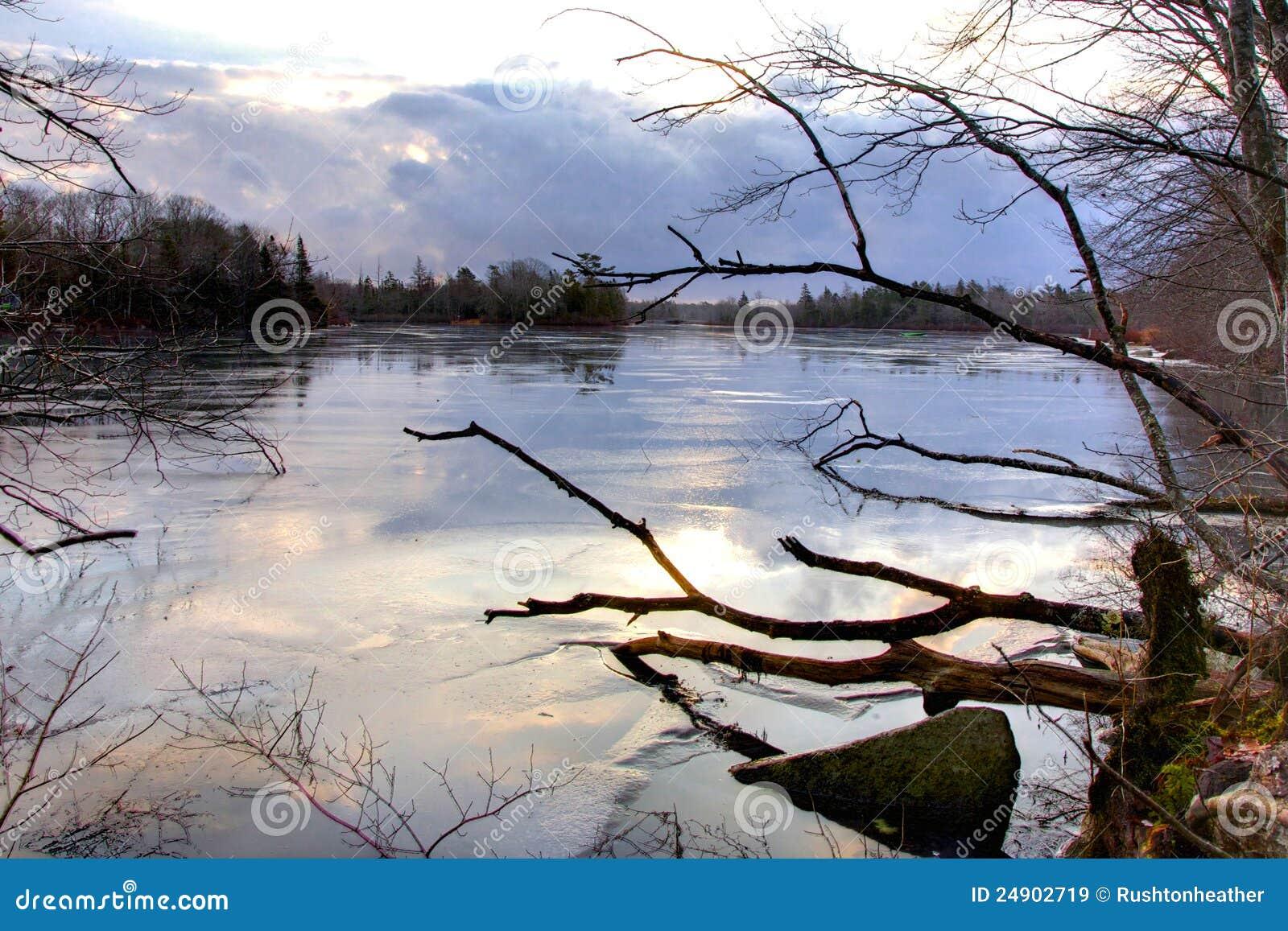 Zimny jeziorny ranek