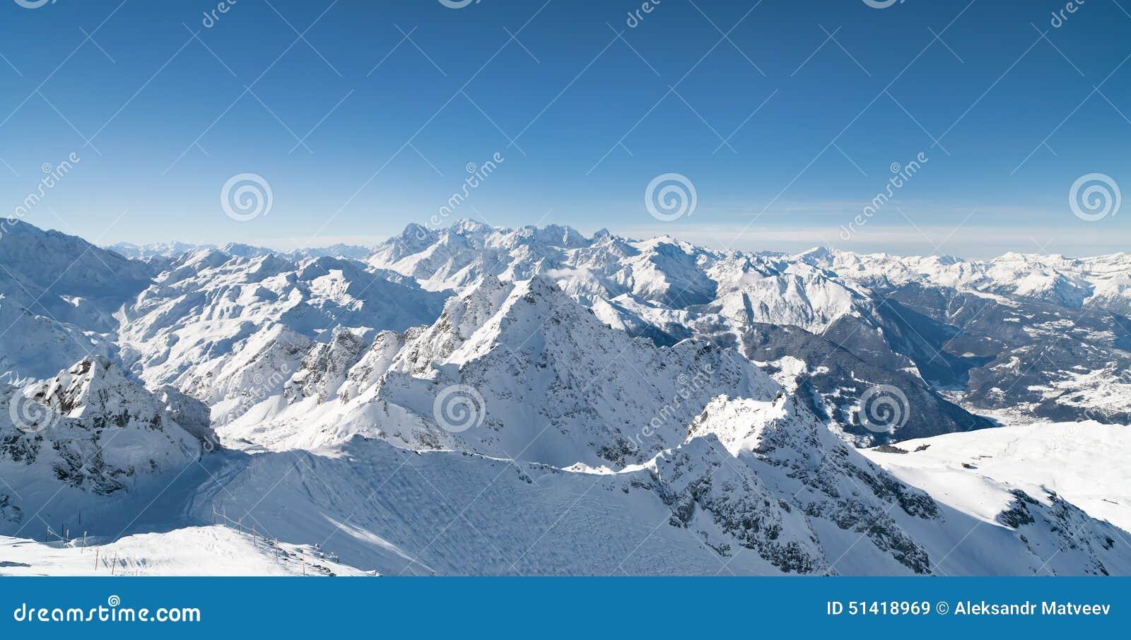 Zimy śnieg zakrywająca góra
