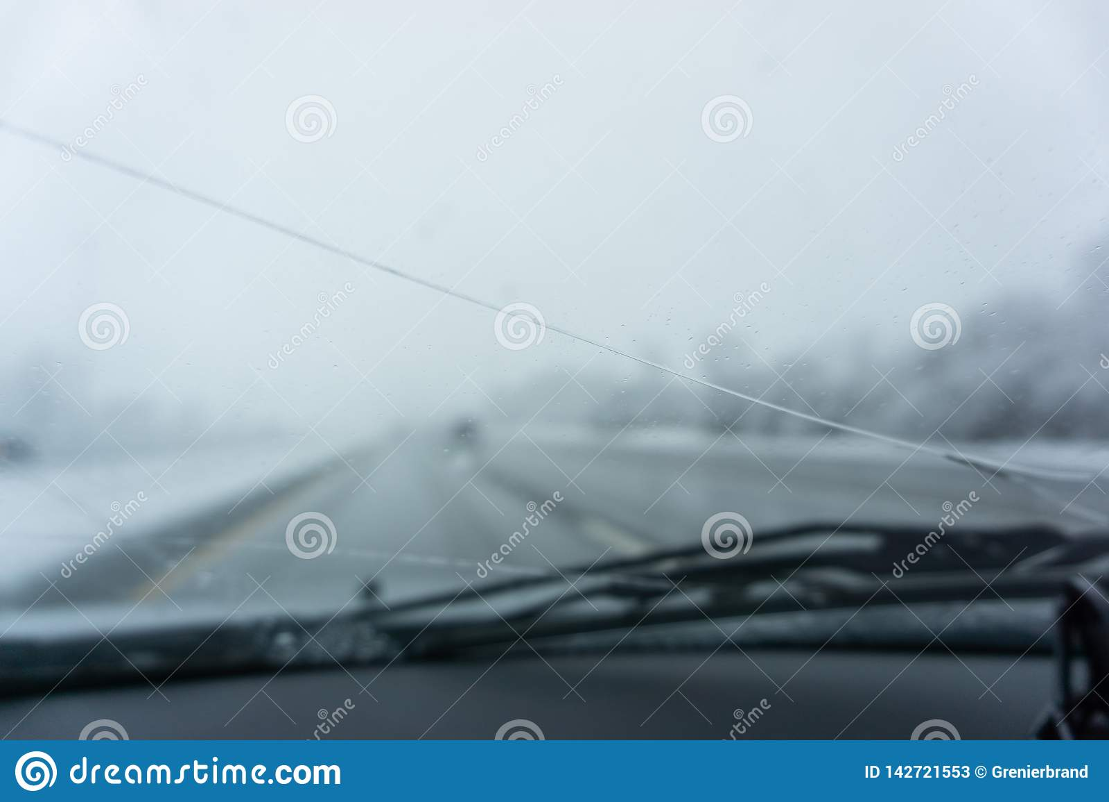 Zimy autostrada łamająca przednia szyba patrzeje na zamazanej drogowej scenie