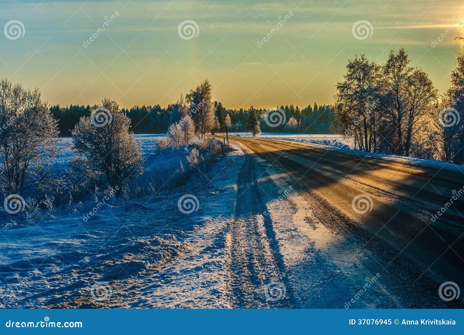 Download Zimy droga w zmierzchu obraz stock. Obraz złożonej z światło - 37076945